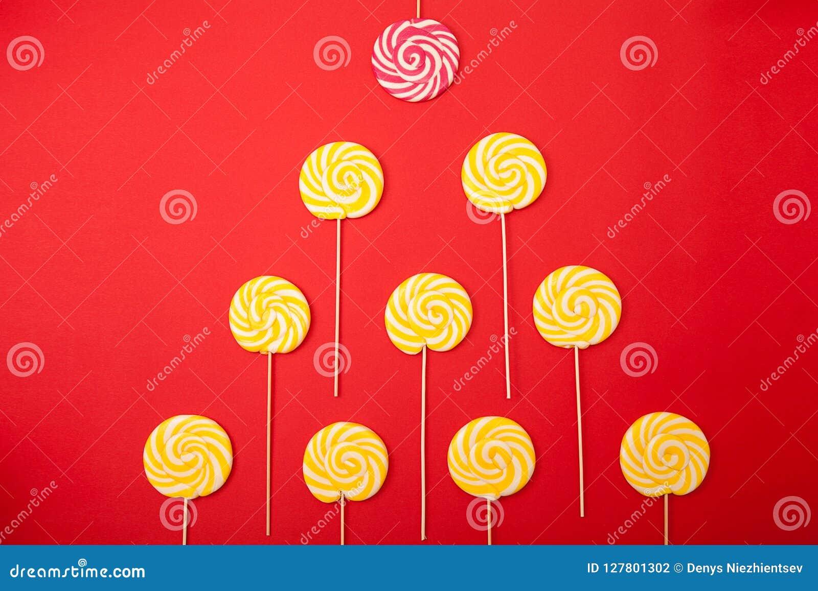 Słodki karmelu cukierek na czerwonym tle