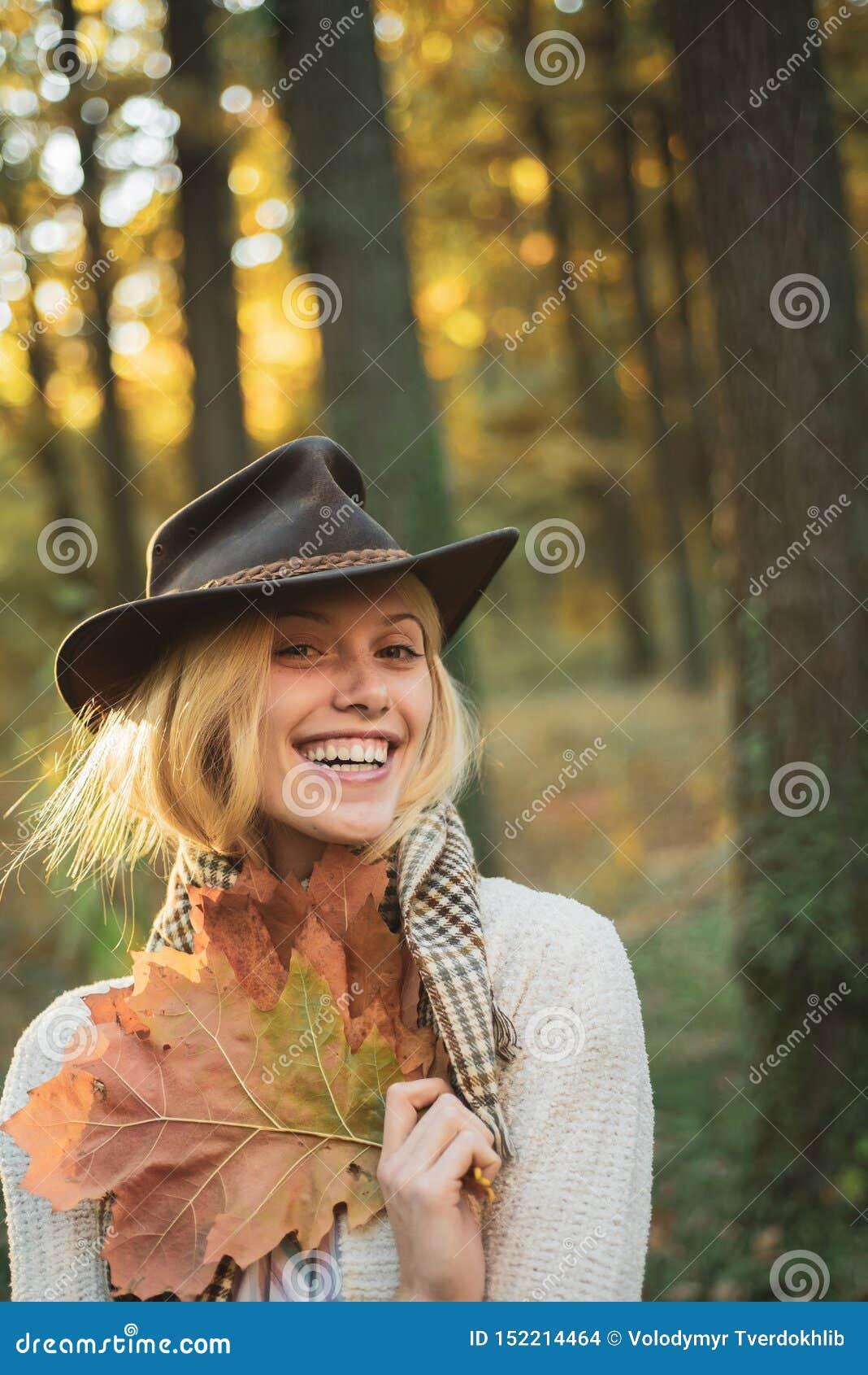 Słodki młody zmysłowy seksowny kobiety odprowadzenie w jesień parku Jesienny moda trend Jesieni kobieta ma zabawę przy parkiem i