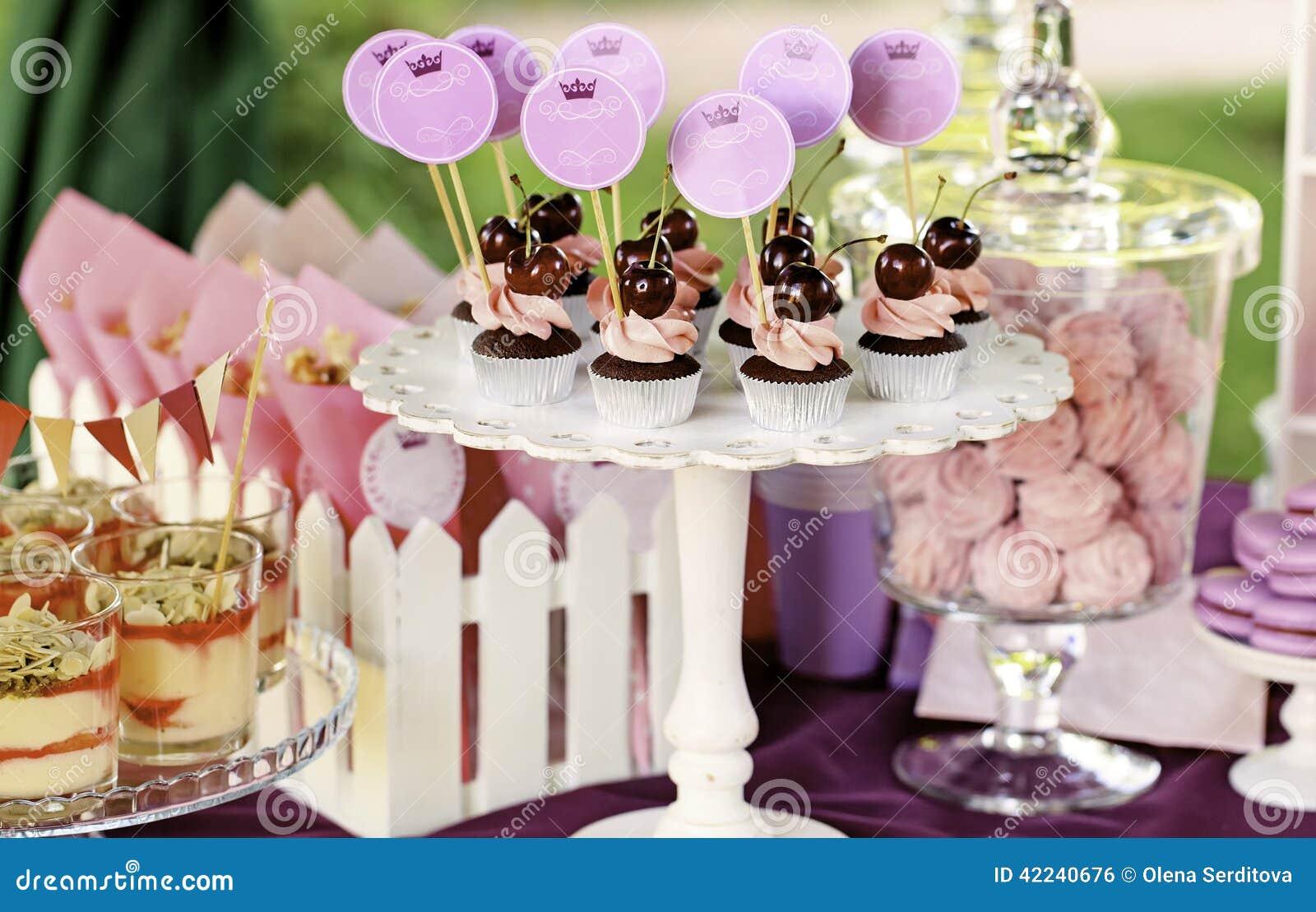 Słodki wakacyjny bufet z babeczkami i tiramisu