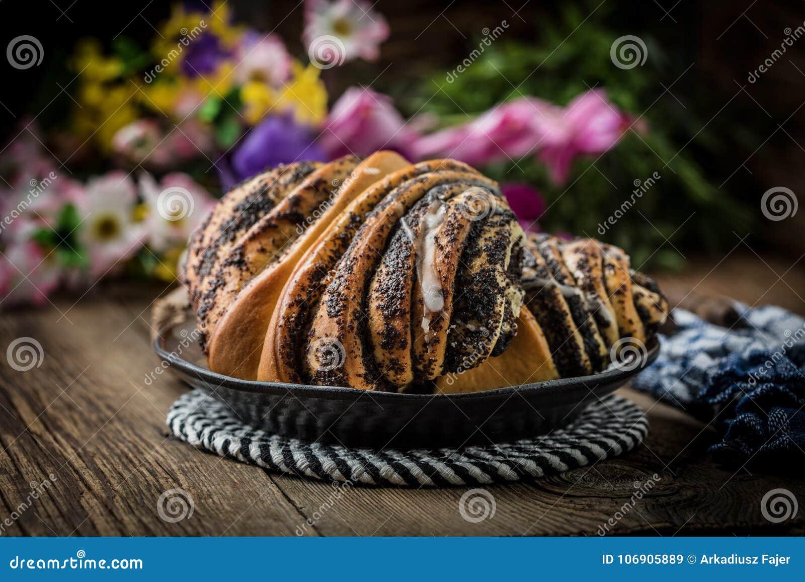 Słodkie babeczki z makowym ziarnem i mrożeniem