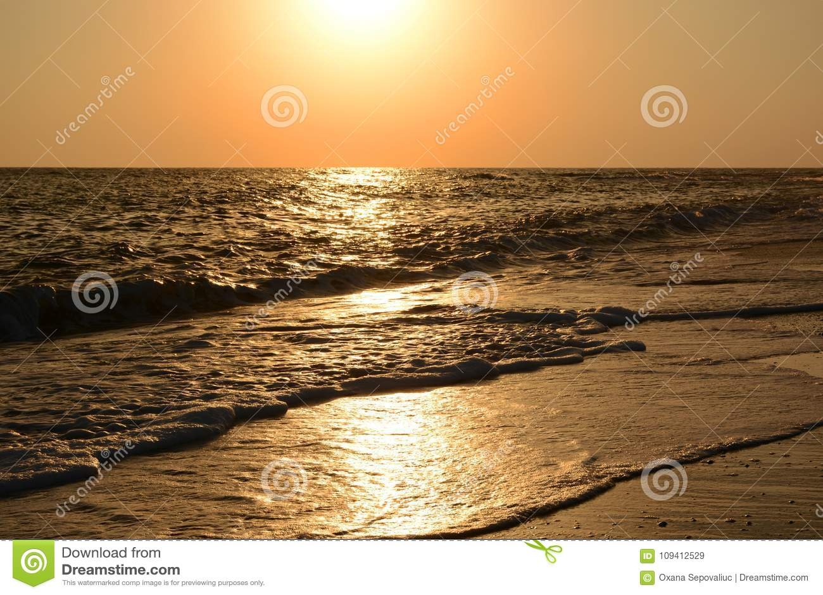 Słoneczna ścieżka na morzu przy zmierzchem