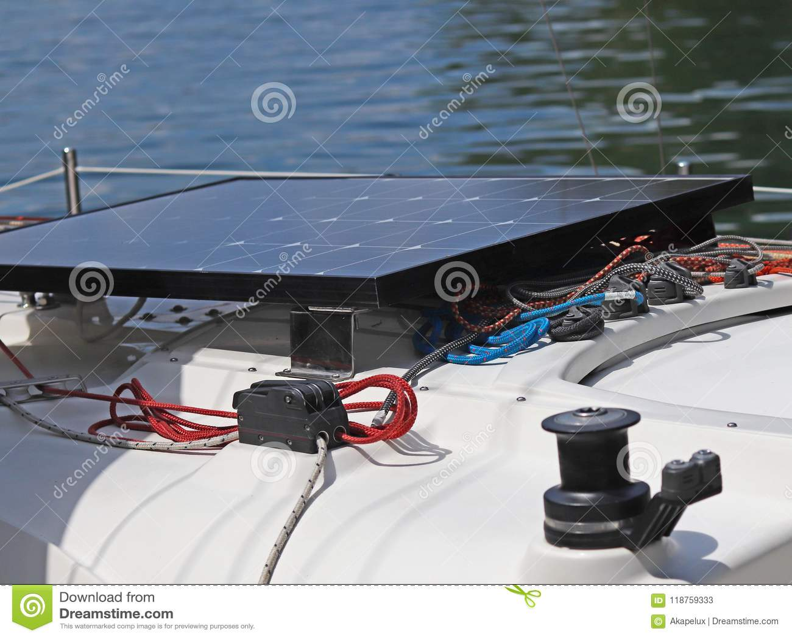 Słoneczna bateria dla rozwoju elektryczny prąd pod wpływem światła słonecznego wspinał się na pokładzie mały żeglowanie jacht