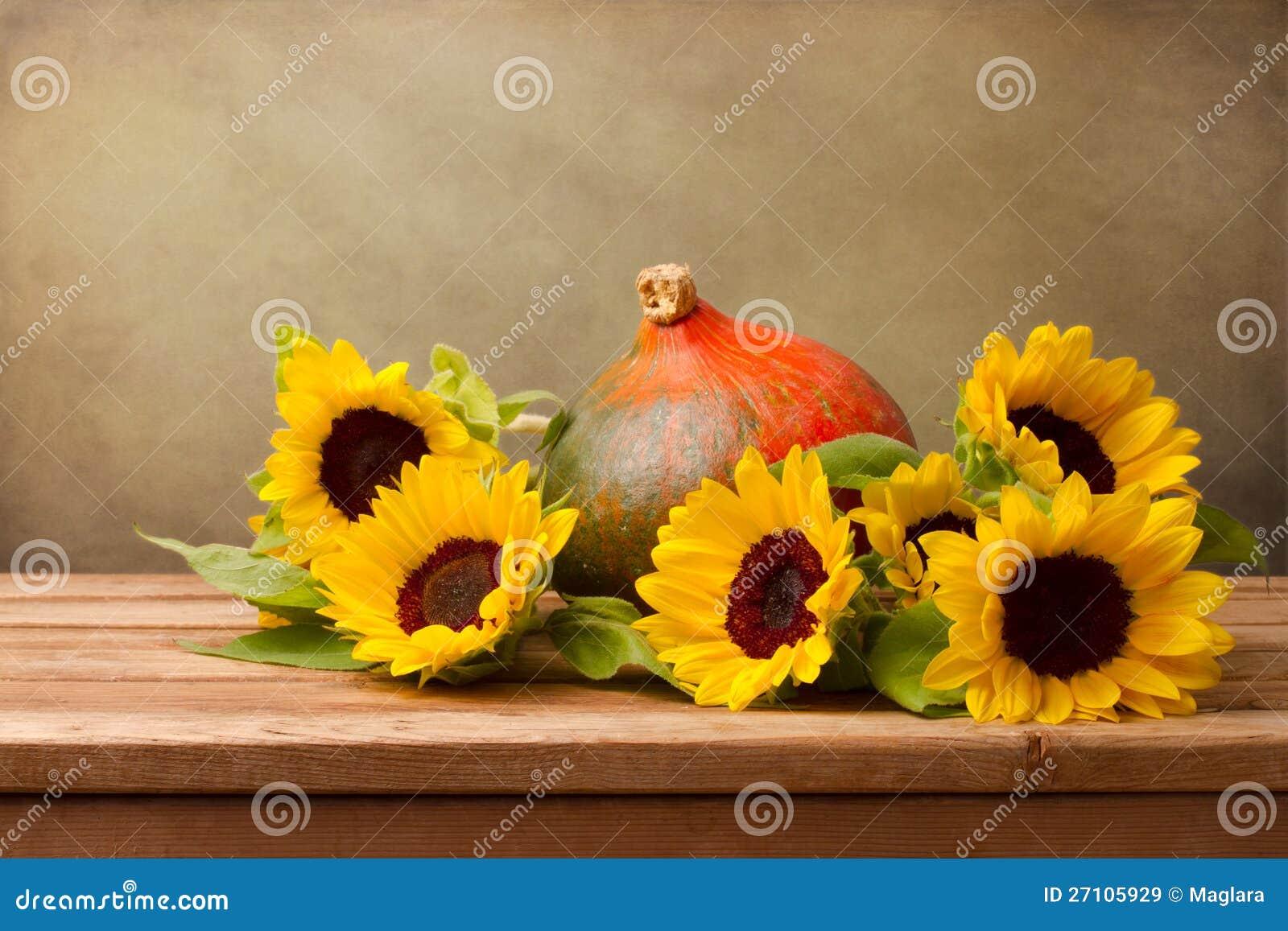 Słoneczniki i bania na drewnianym stole