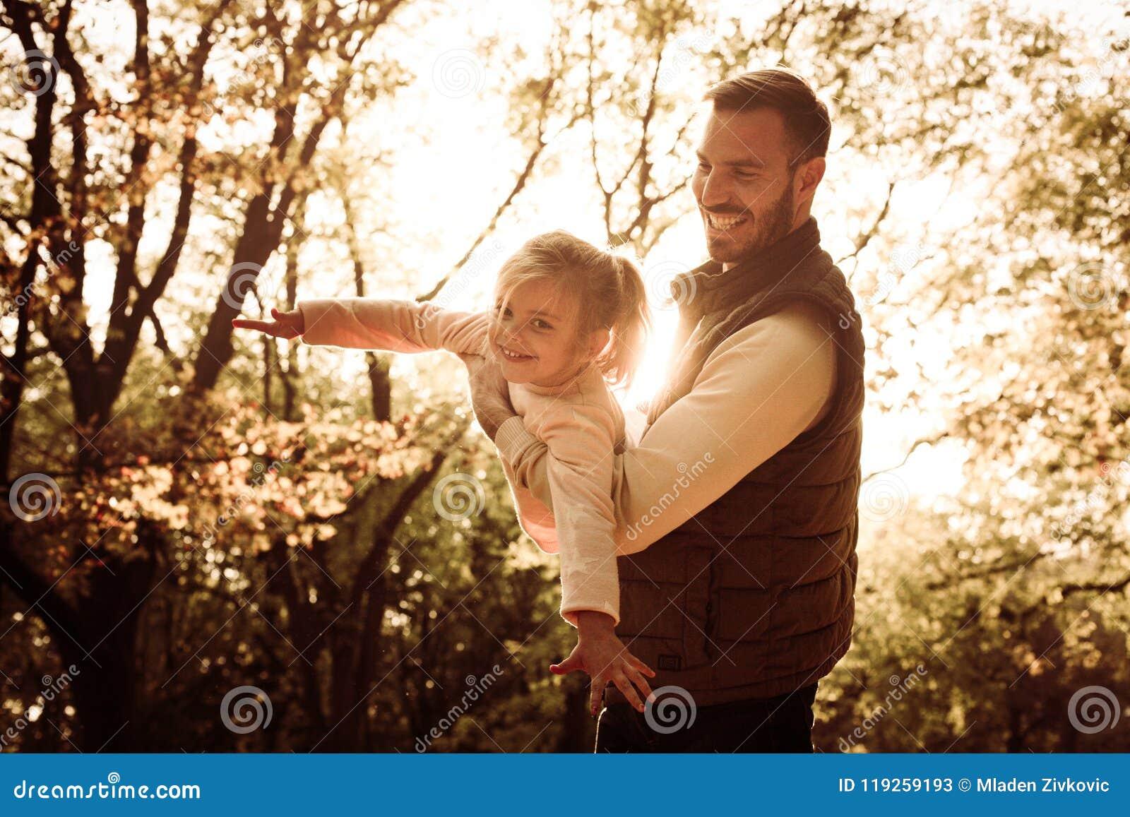 Słoneczny dzień w naturze Ojciec i córka