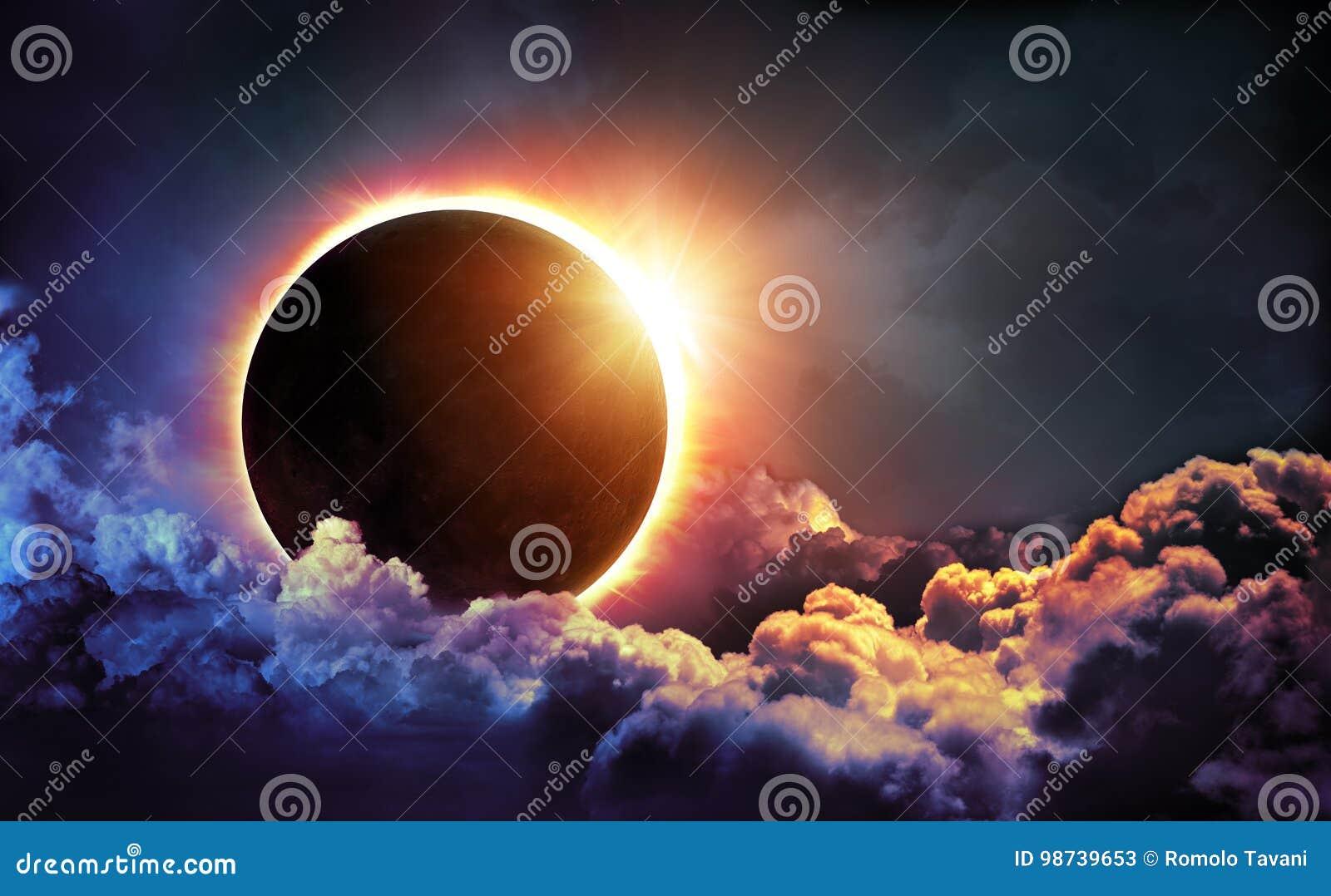 Słoneczny zaćmienie W chmurach