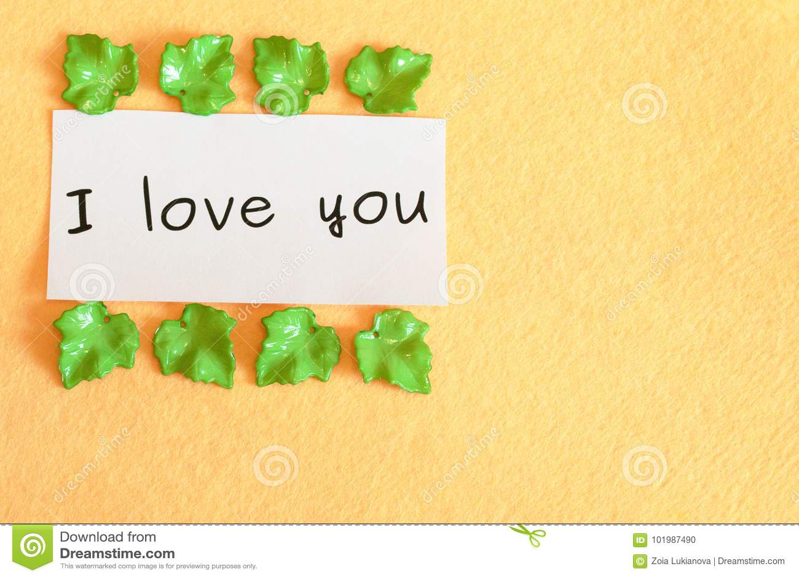 Słowa Kocham Ciebie Odizolowywający Na Beżowym Tle