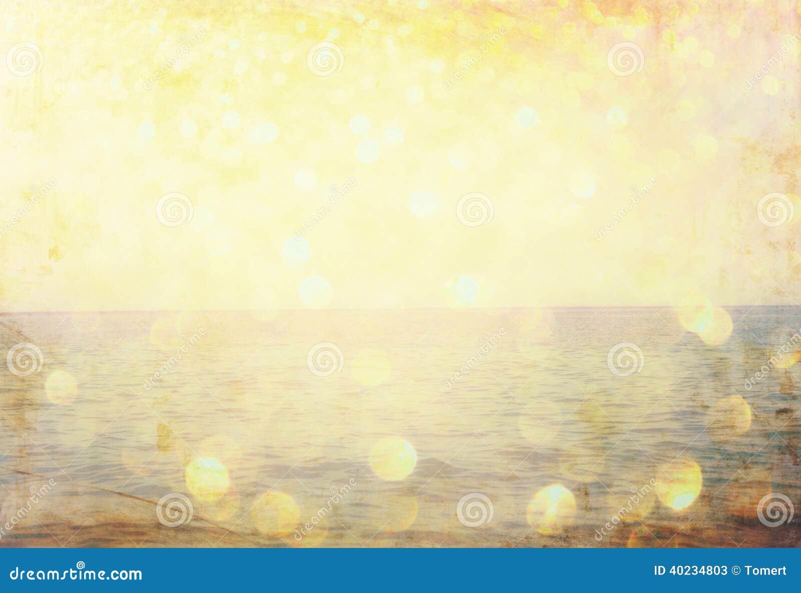 Słowa lato pisać na plażowych piaska i gliiter złotych światłach
