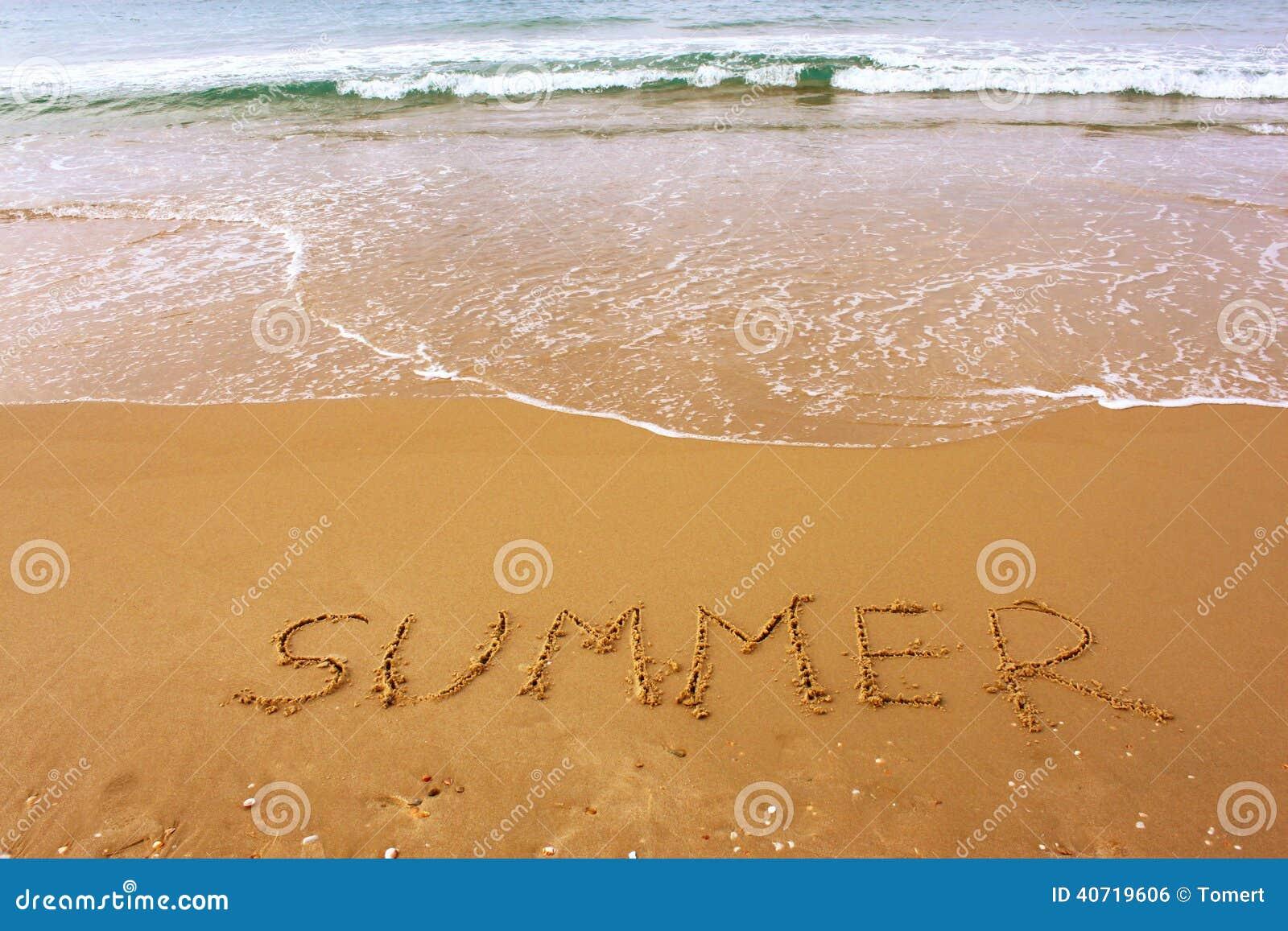 Słowa lato pisać na plażowym piasku