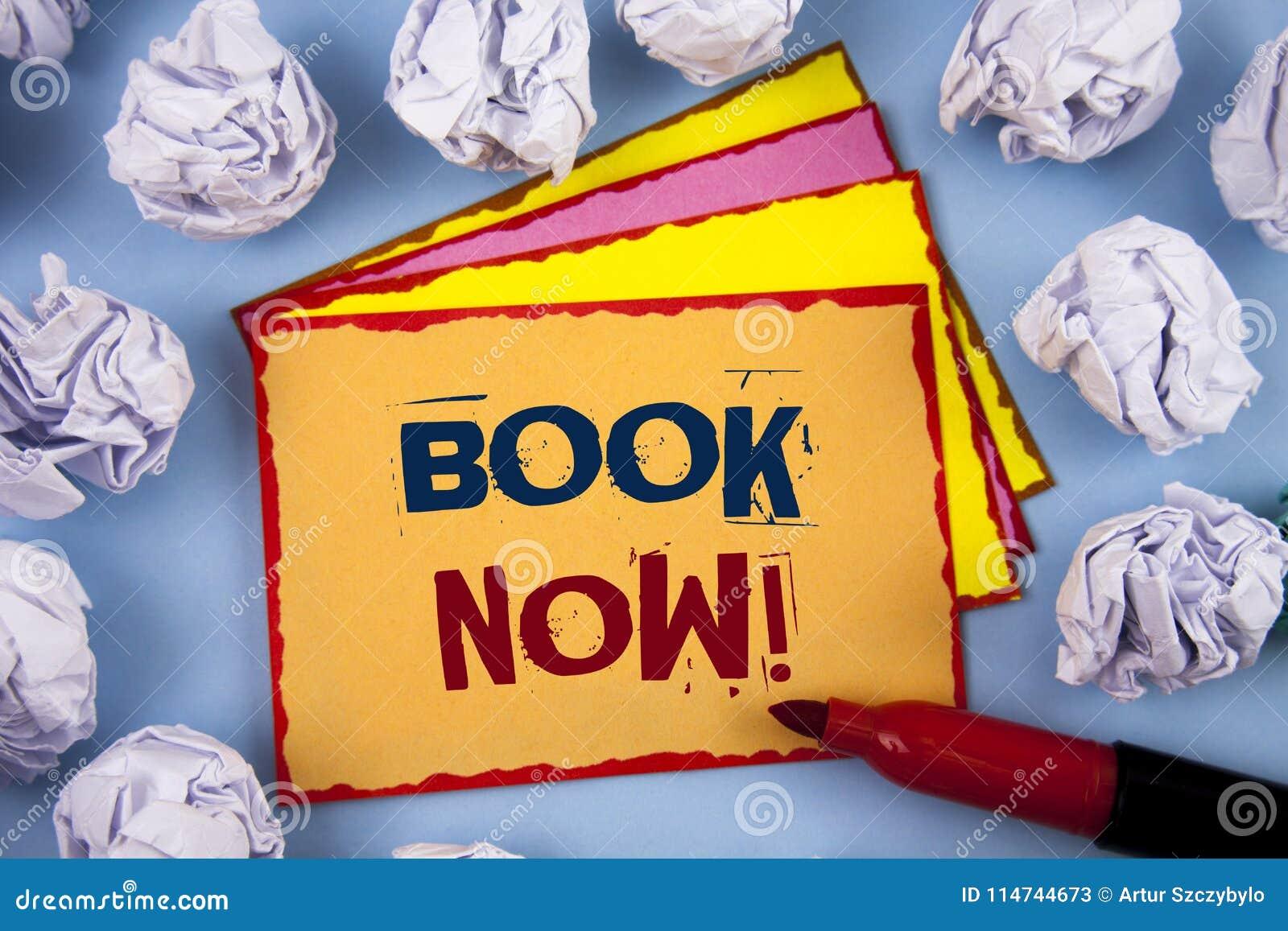 Słowa writing teksta książki Teraz Motywacyjny wezwanie Biznesowy pojęcie dla Robić rezerwacja w hotelowym lota zakwaterowaniu Po