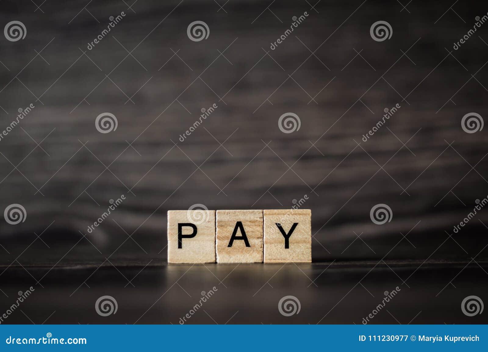 Słowa wynagrodzenie, składać się z lekcy drewniani sześciany na zmroku drewnianym