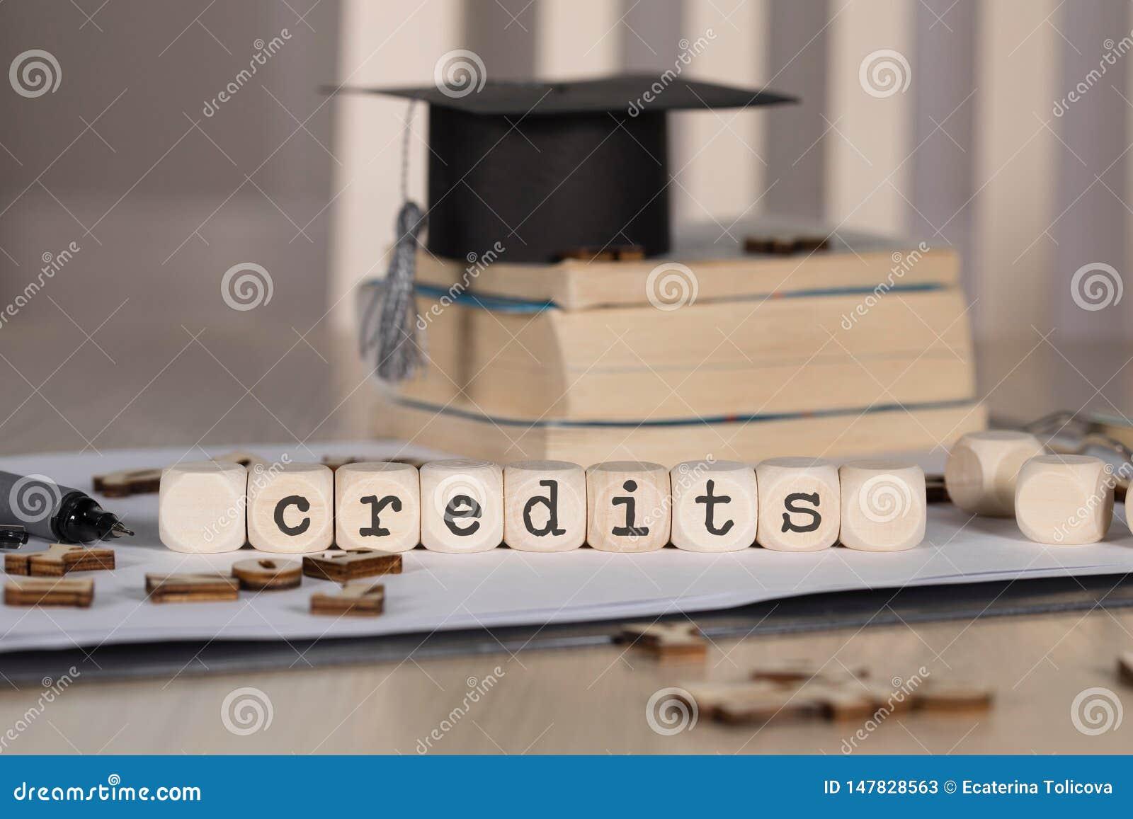 Słowo kredyty komponujący drewniany dices