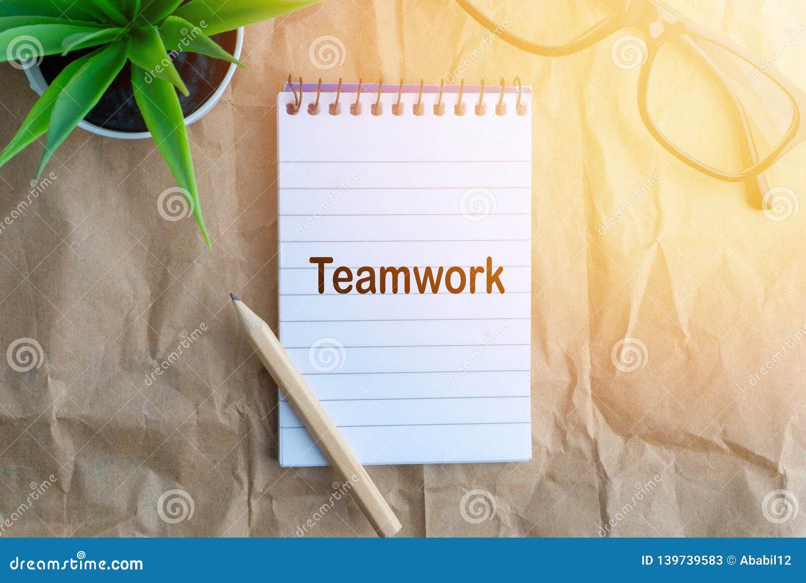 Słowo praca zespołowa na drewnianym papierowym tle Biznesu i edukaci pojęcie