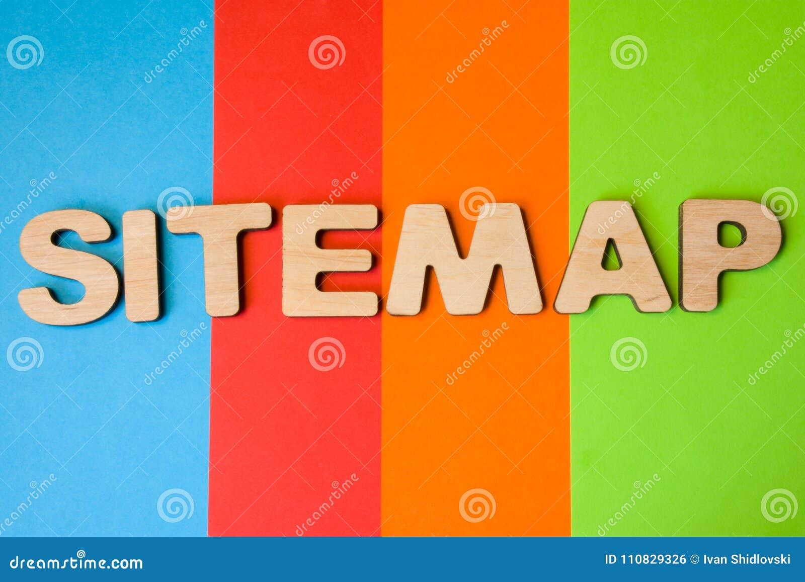 Słowo Sitemap wielcy drewniani listy na barwionym tle 4 koloru: błękit, pomarańcze, czerwień i zieleń, Pojęcia sitemap jak listę