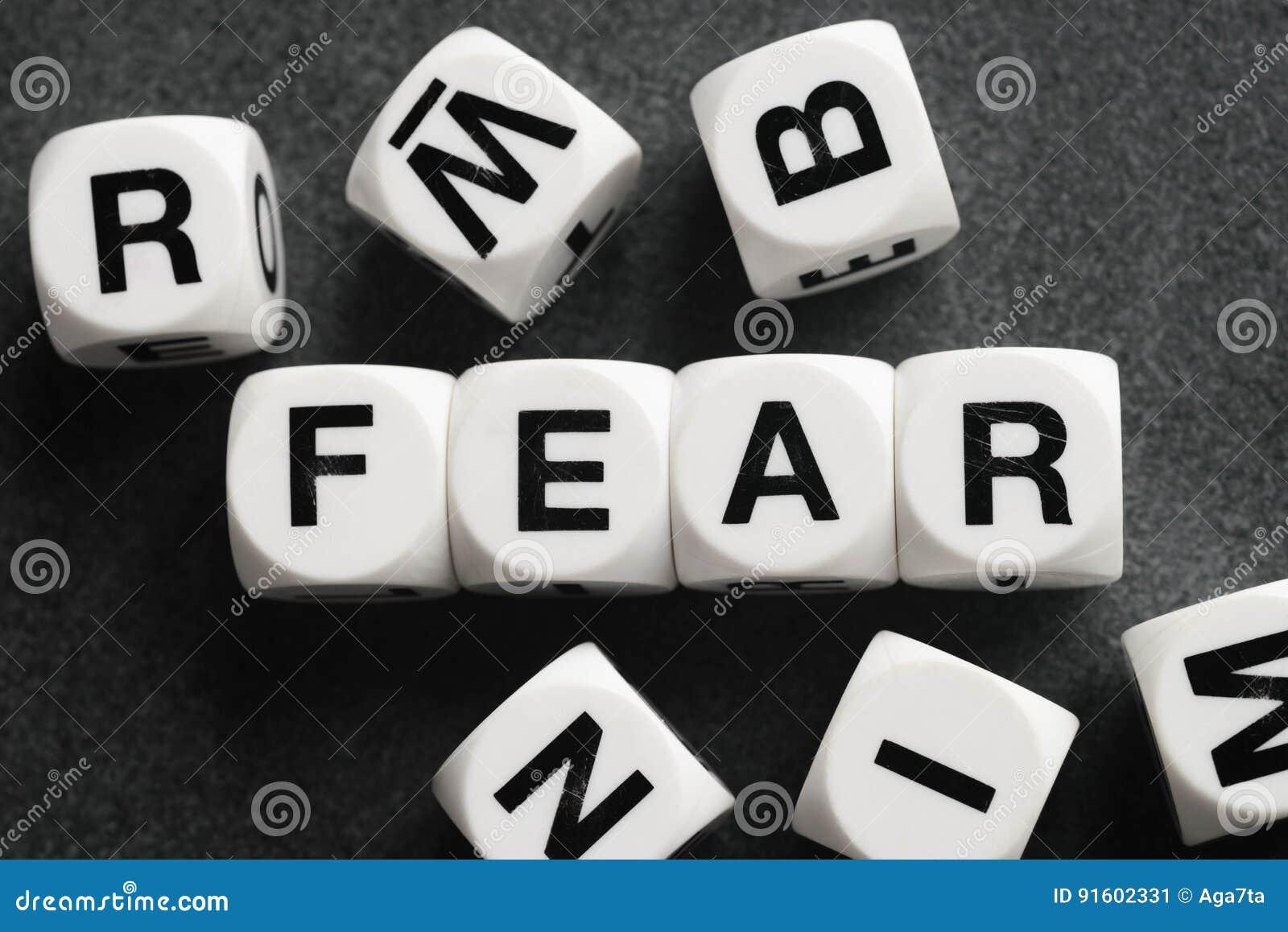 Słowo strach na zabawkarskich sześcianach