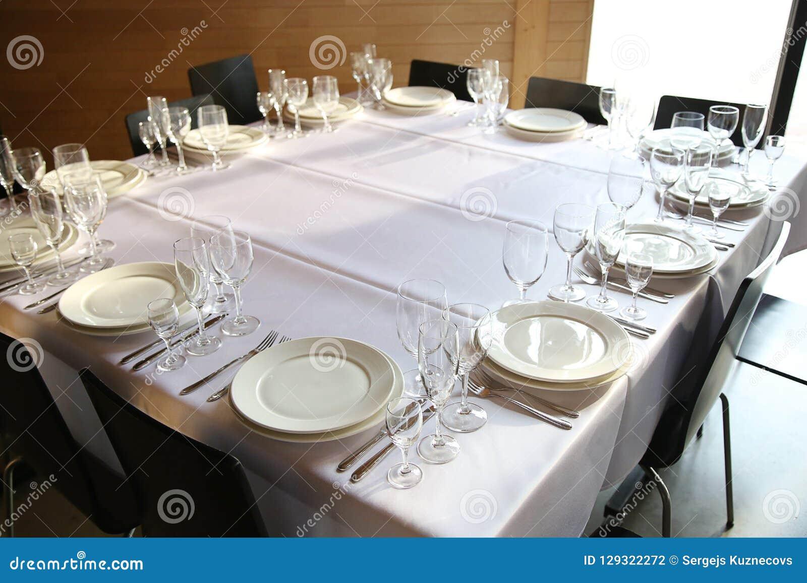 Słuzyć stoły przygotowywający dla gości
