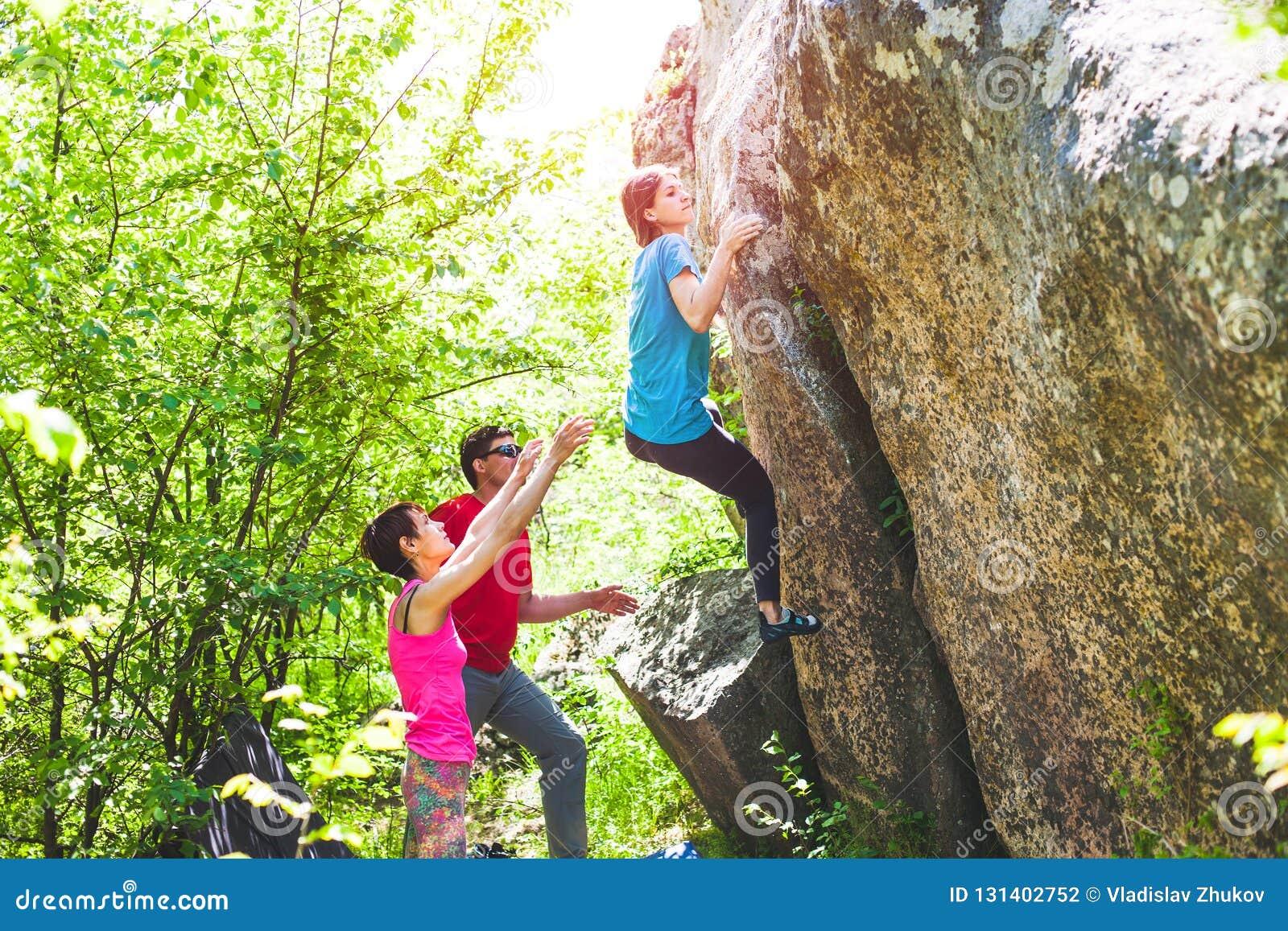 S élever en nature Montée d amis à la pierre La fille s élève sur la pierre, et les amis la soutiennent Bouldering en nature