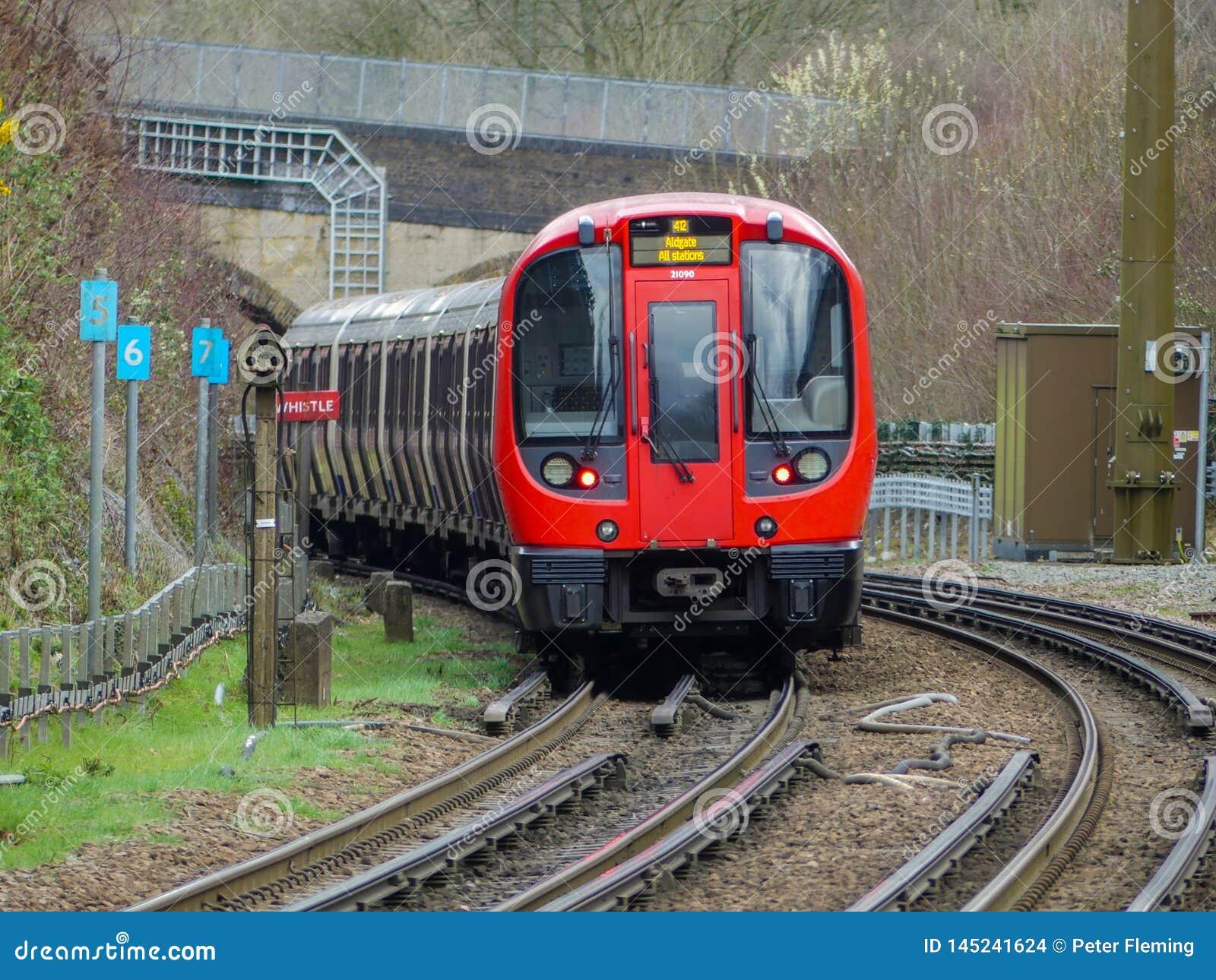 S8 τραίνο Μετρό του Λονδίνου αποθεμάτων που αναχωρεί από το σταθμό Chorleyw