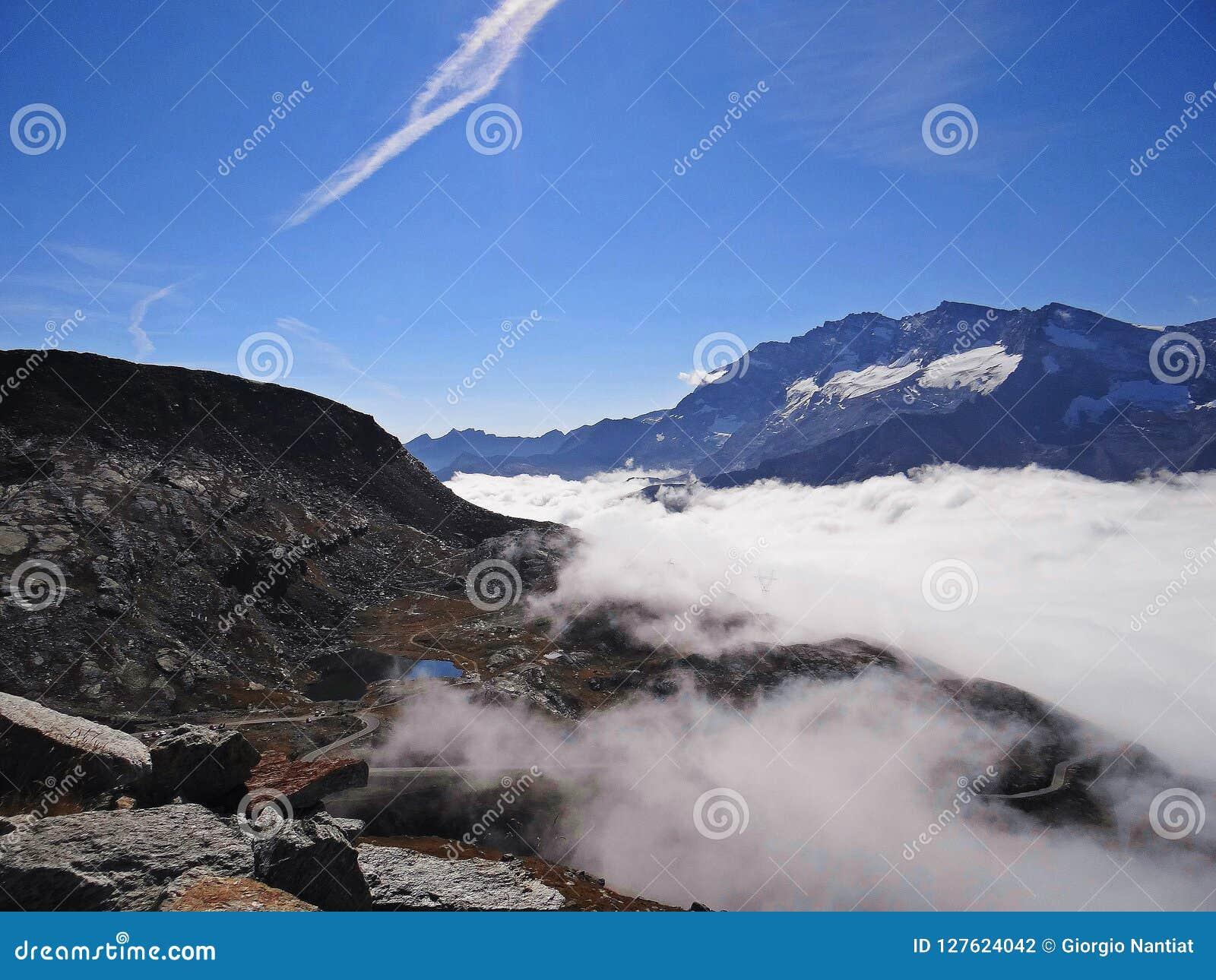 ` S тумана поднимая на пропуск Пьемонт Nivolet