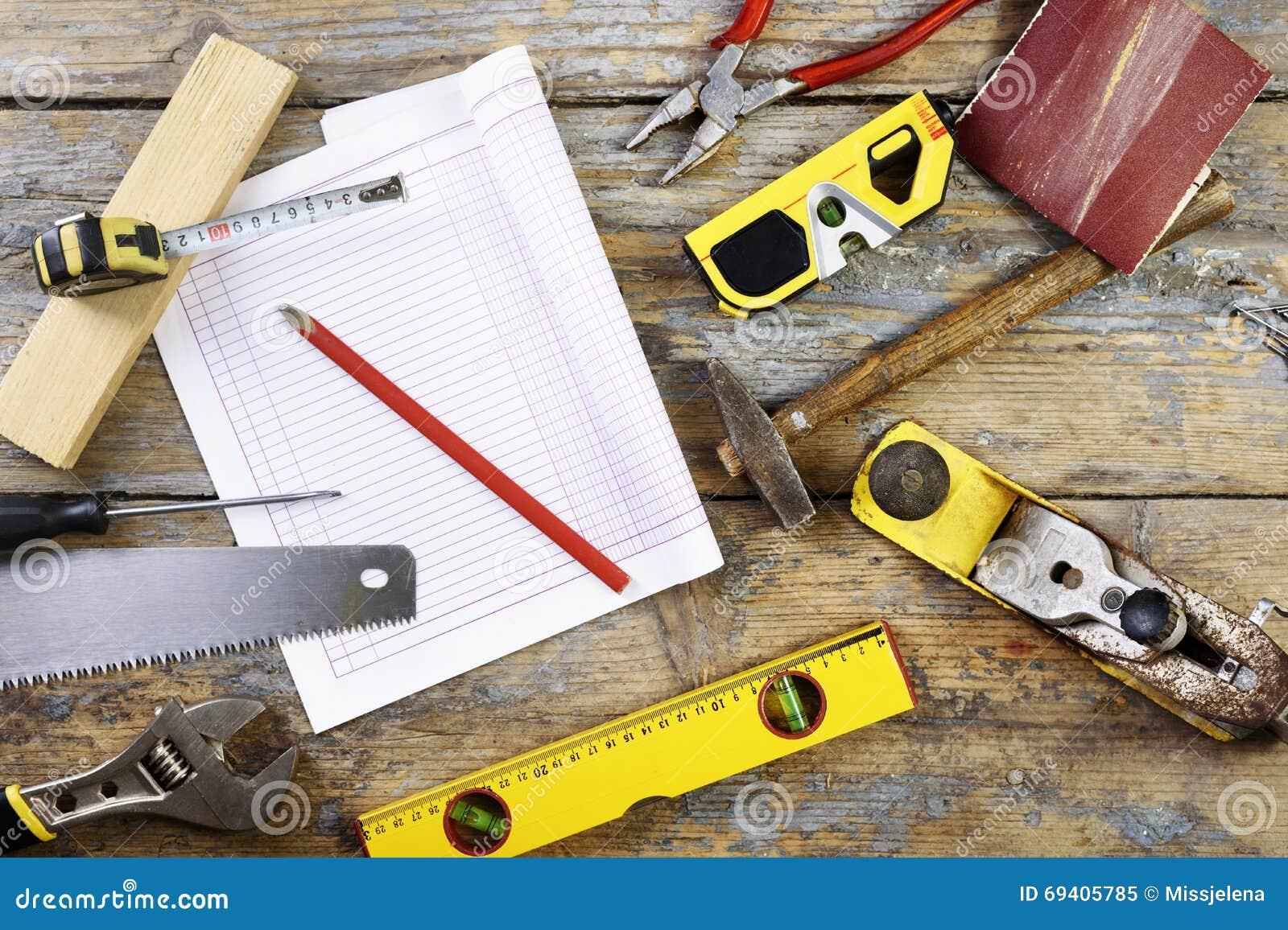 在木桌上的各种各样的木匠的工具.图片