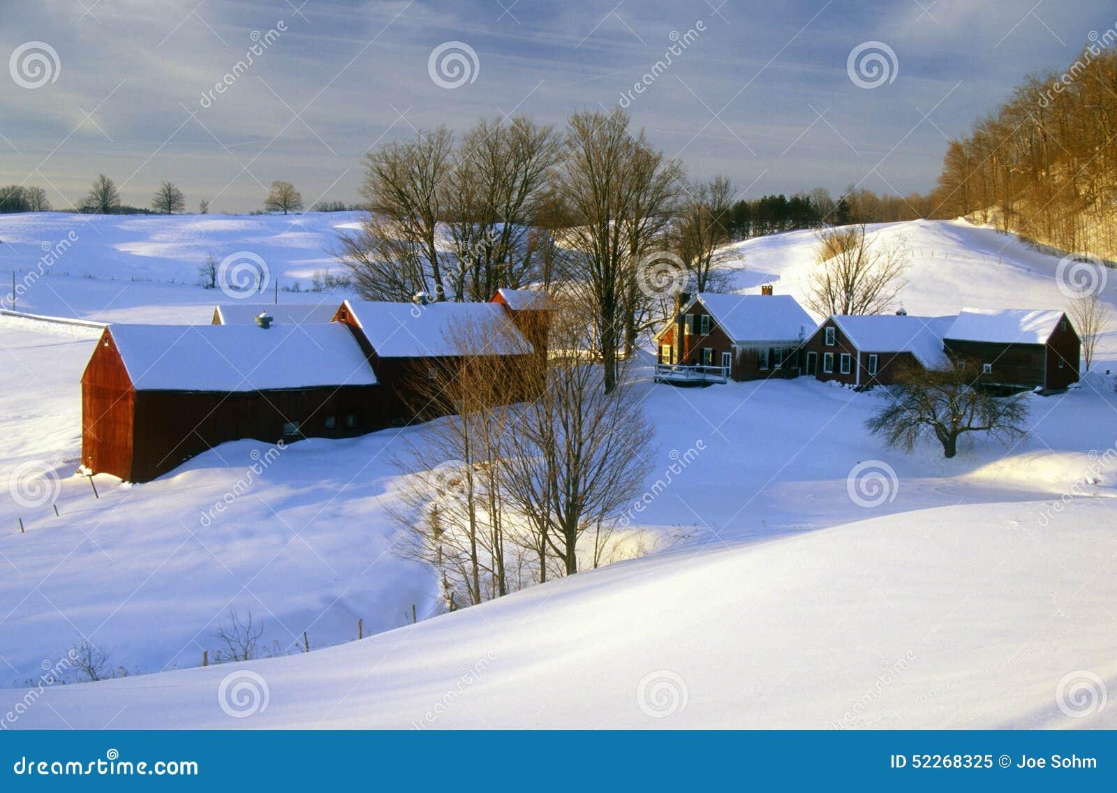 S Azienda agricola di Woodstock ad alba nella neve di inverno, VT