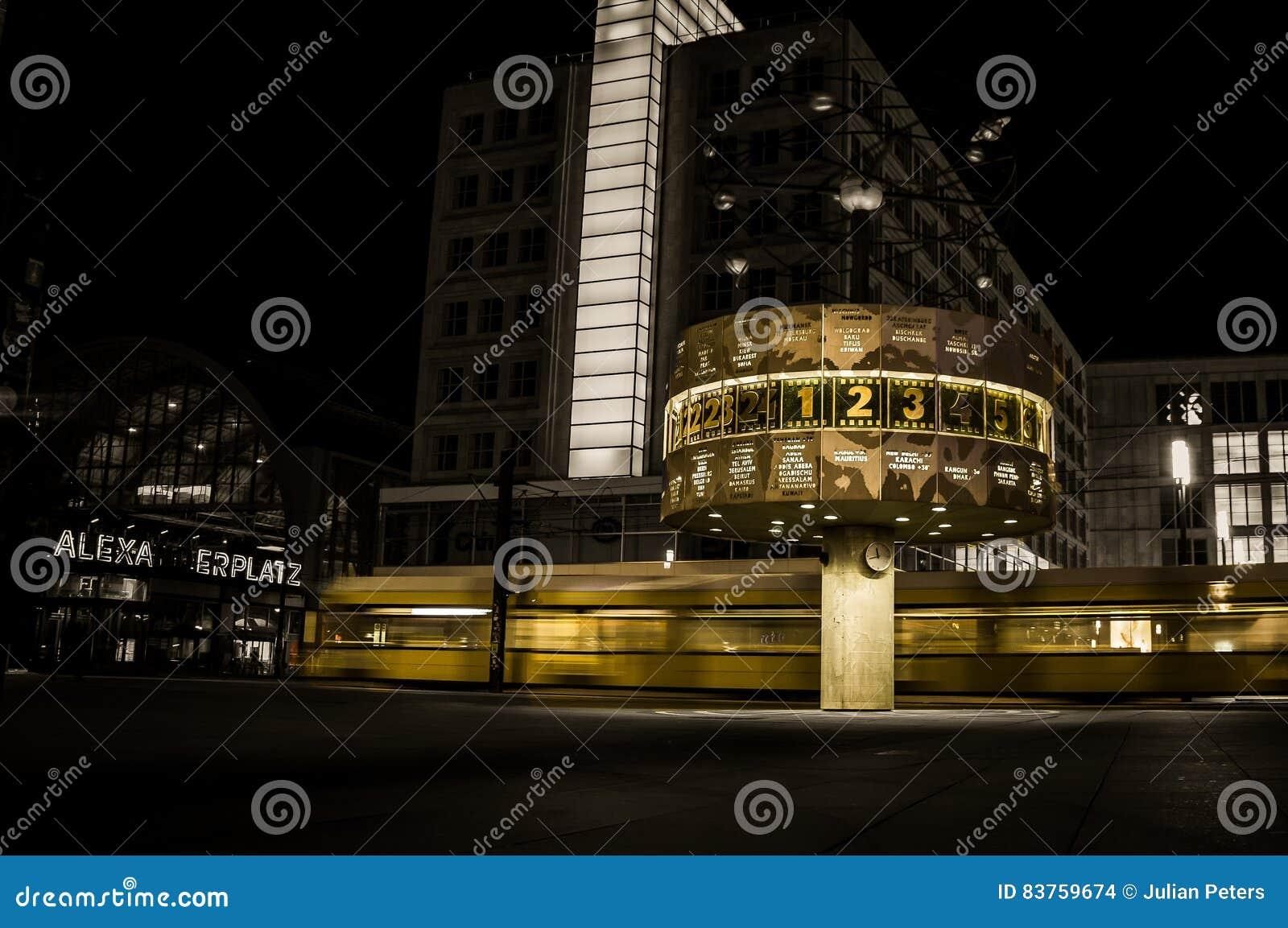 S-Bahnzug, der Alexanderplatz nachts - Berlin, Deutschland führt