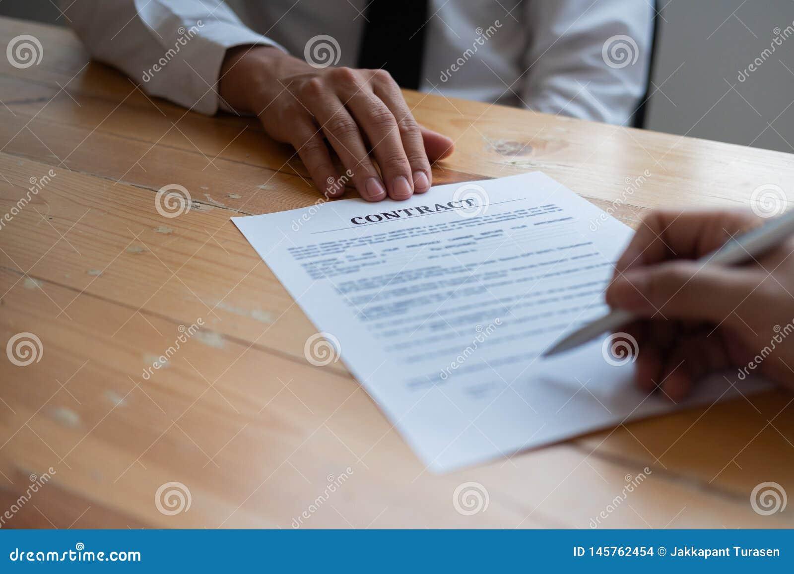 S?cios comerciais que assinam um contrato