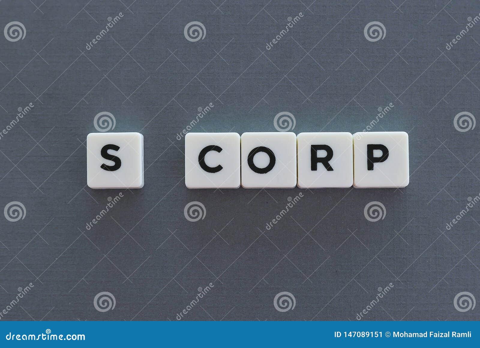 S Corp woord van vierkant brievenwoord wordt gemaakt op grijze achtergrond die