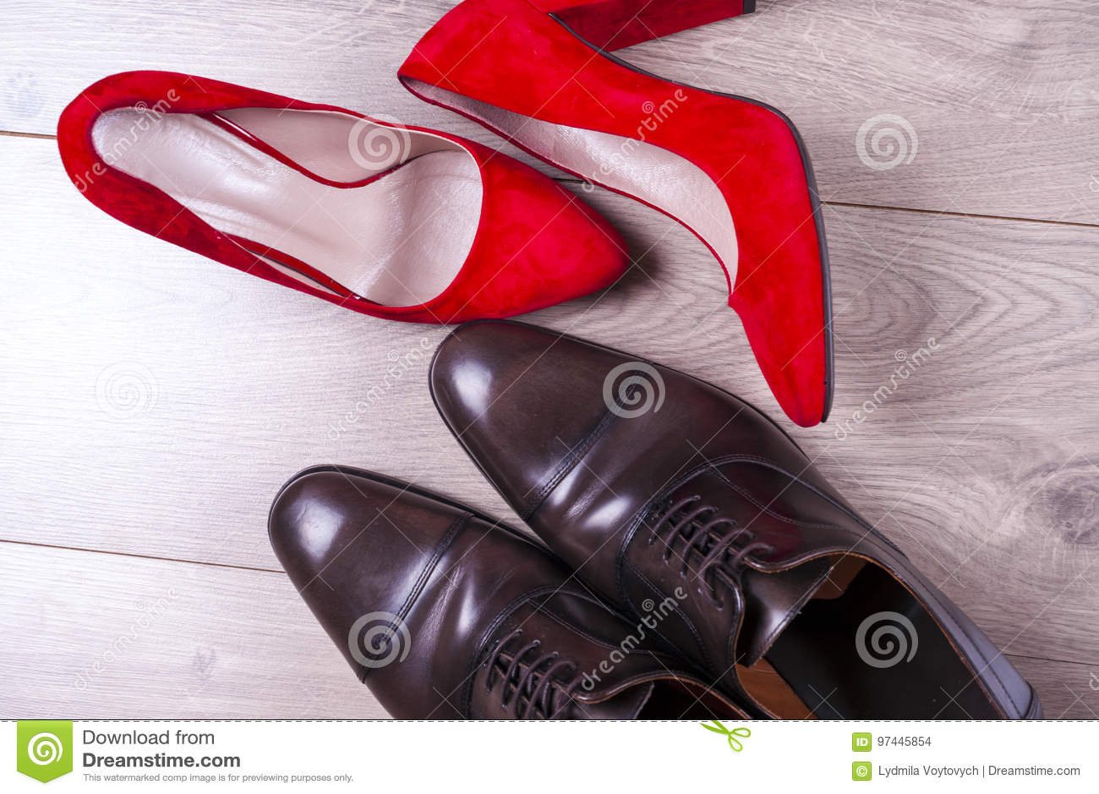 ` S d hommes et chaussures des femmes rouges de talon haut sur le fond blanc