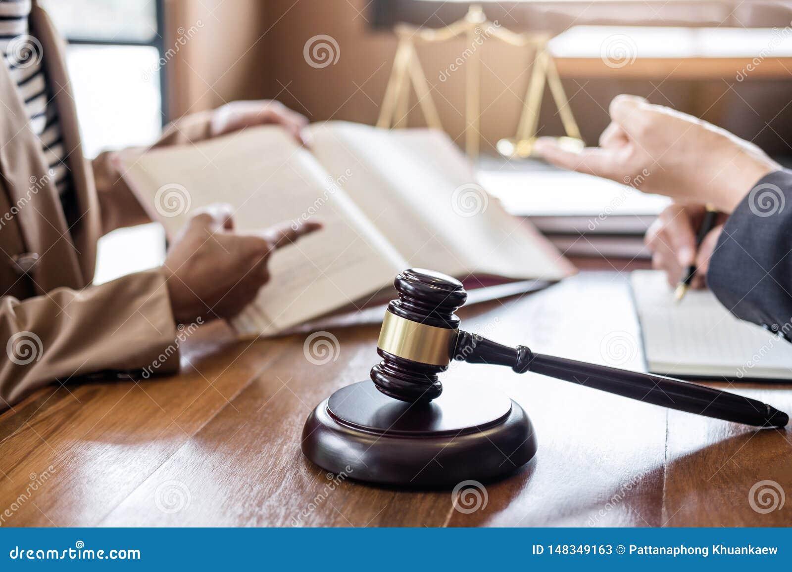 S?dziego m?oteczek z wa?y sprawiedliwo??, bizneswoman i samiec doradca lub tapetuj? przy firm? prawnicz? w biurze prawnicy dyskut