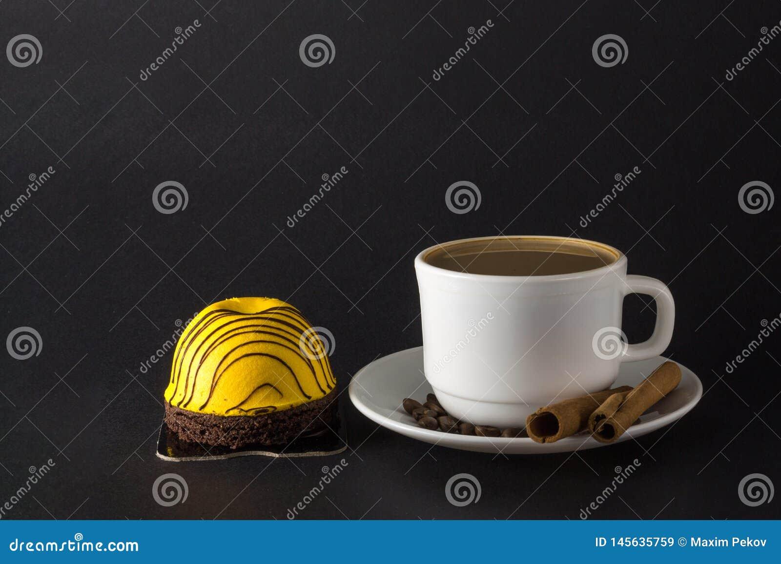 S??er Kuchen der Mango Wei?es Cup hei?er Kaffee
