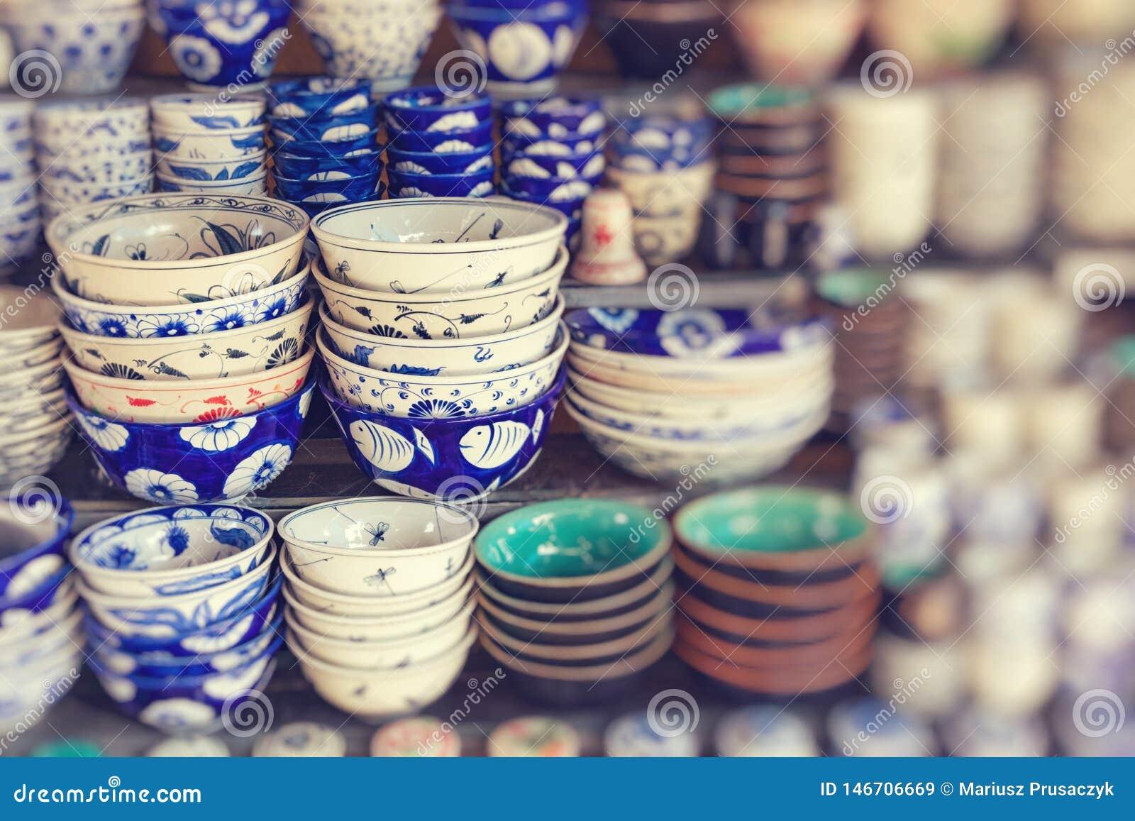 S?ljs traditionella souvenir f?r Vietnam ` s in shoppar p? den gamla fj?rdedelen f?r Hanoi ` s vietnam Selektivt fokusera