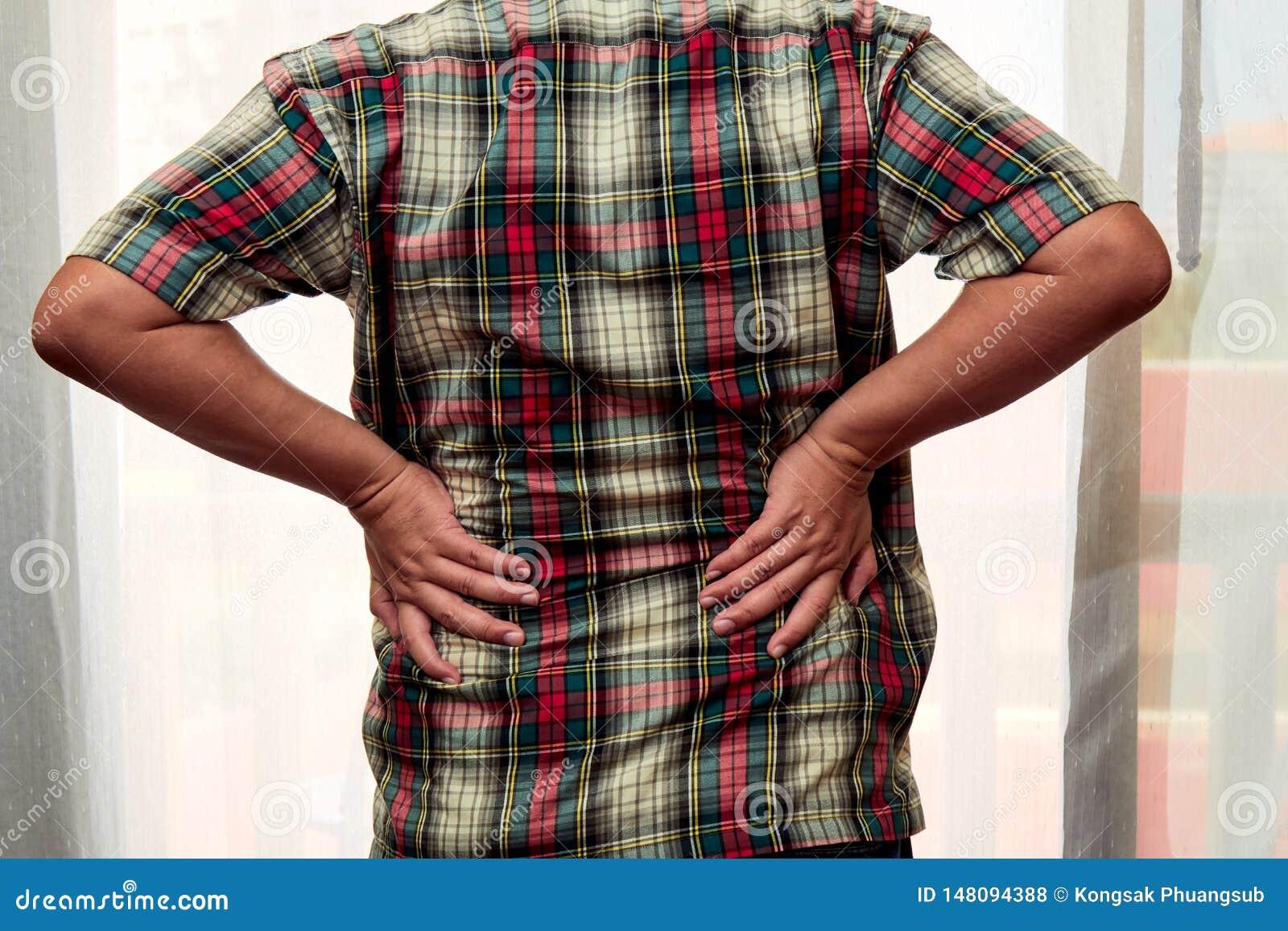 40s mężczyzny pozycja przy drzwi i dostawać ból pleców