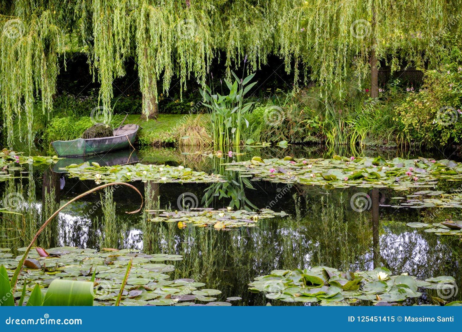 ` S Monet садовничает и дом на Giverny, Нормандии, Франции