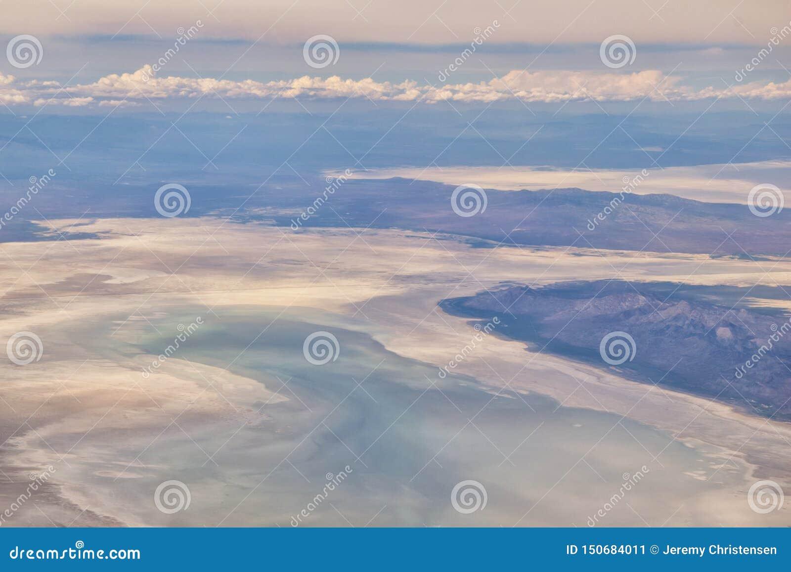 S?o?ce dolina, borsuka jar w Sawtooth g?r lasu pa?stwowego krajobrazu panoramy widokach od ?lad zatoczki drogi w Idaho