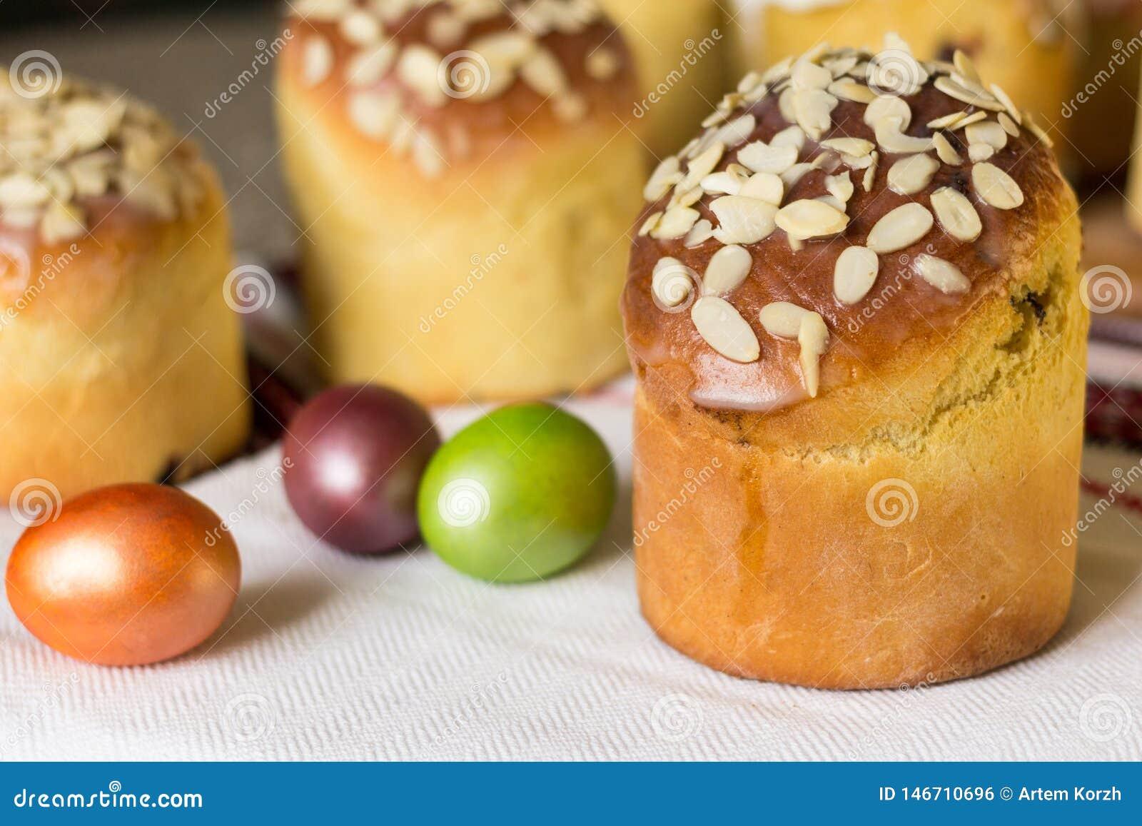 S?odki Easter torta kulich nakrywaj?cy z migda?owymi p?atkami z barwionymi jajkami Selekcyjna ostro??