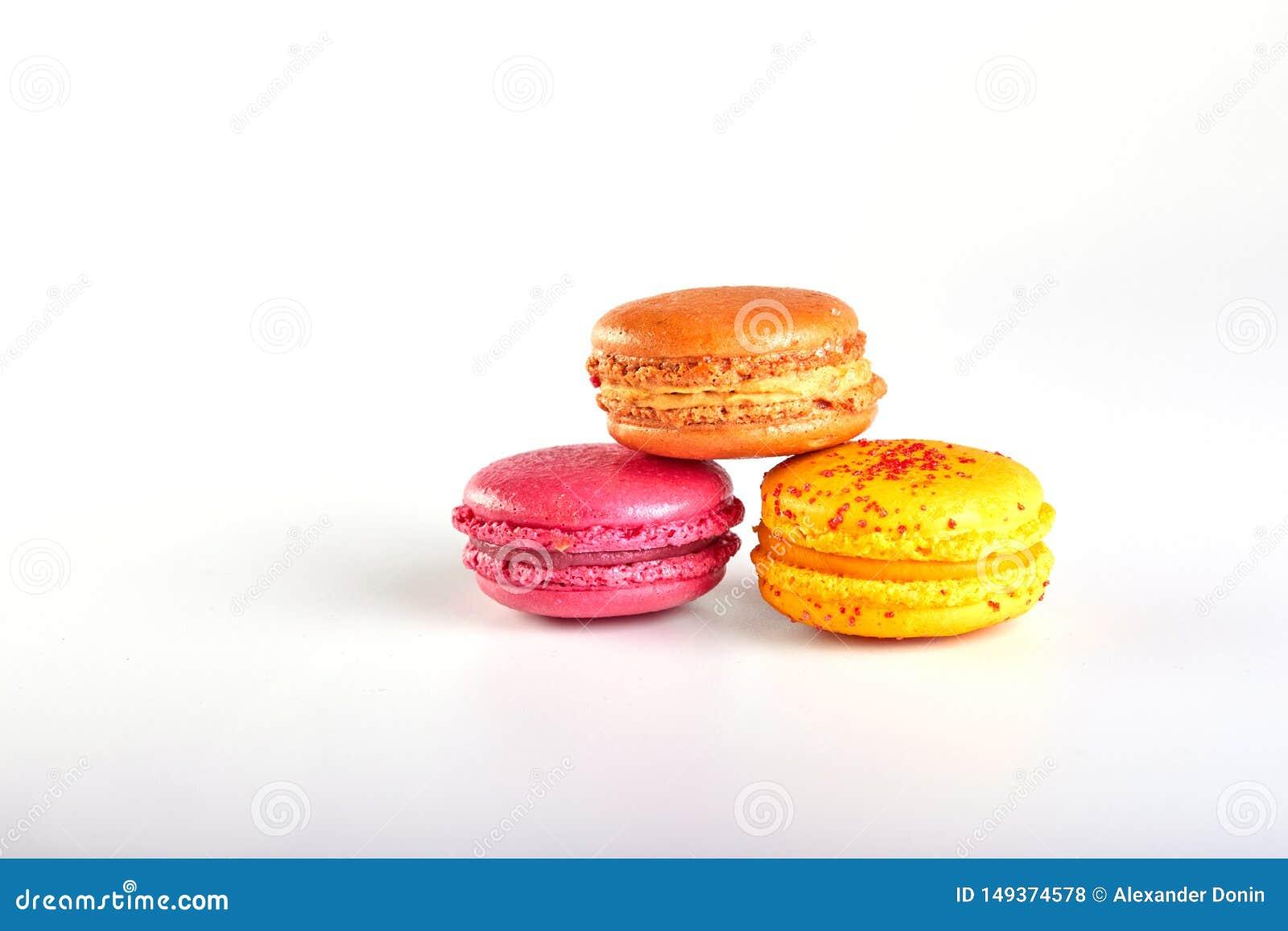 S?odki i colourful francuski macaron na bia?ym tle lub macaroons