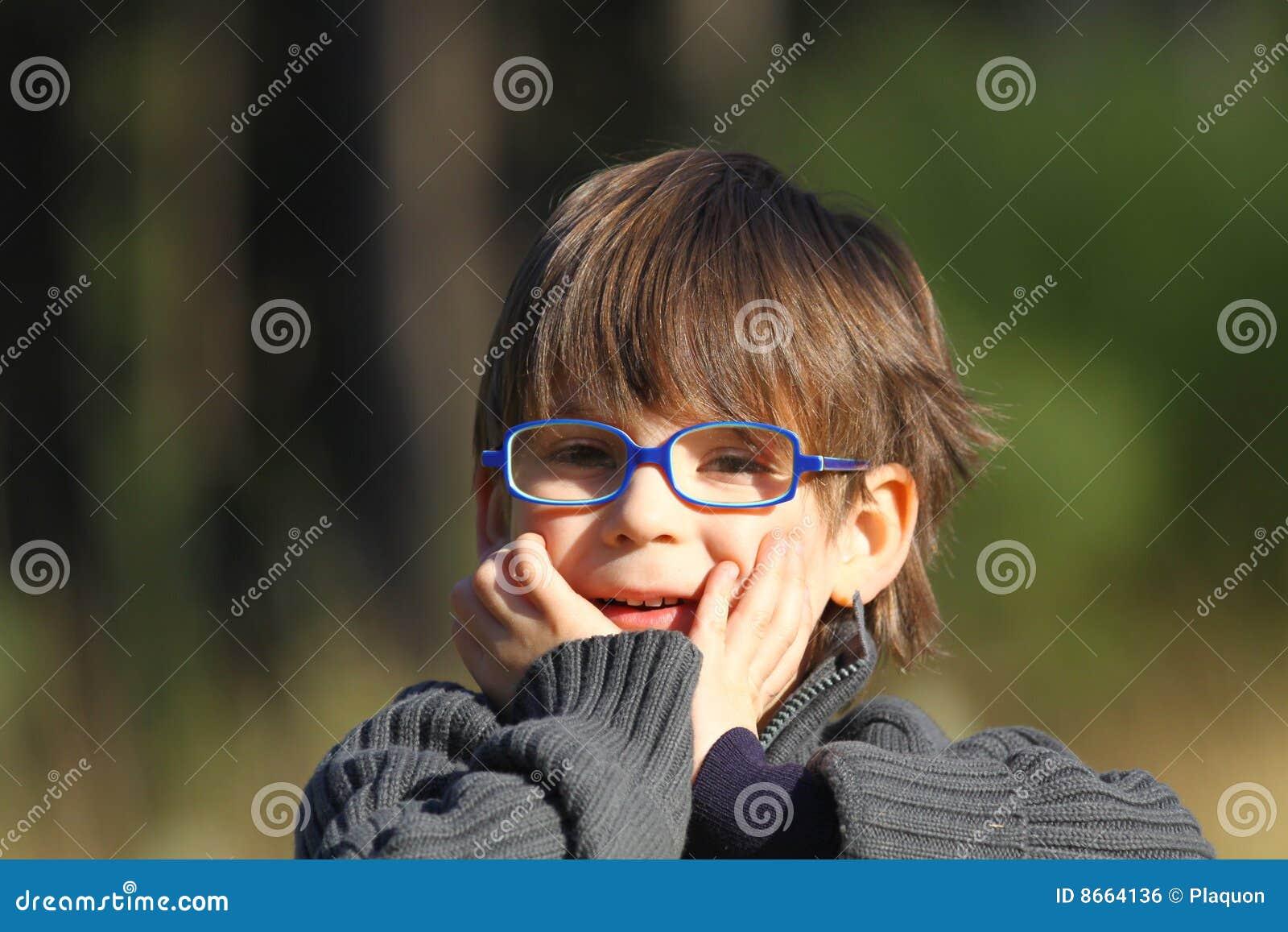S user de lunettes de garçon