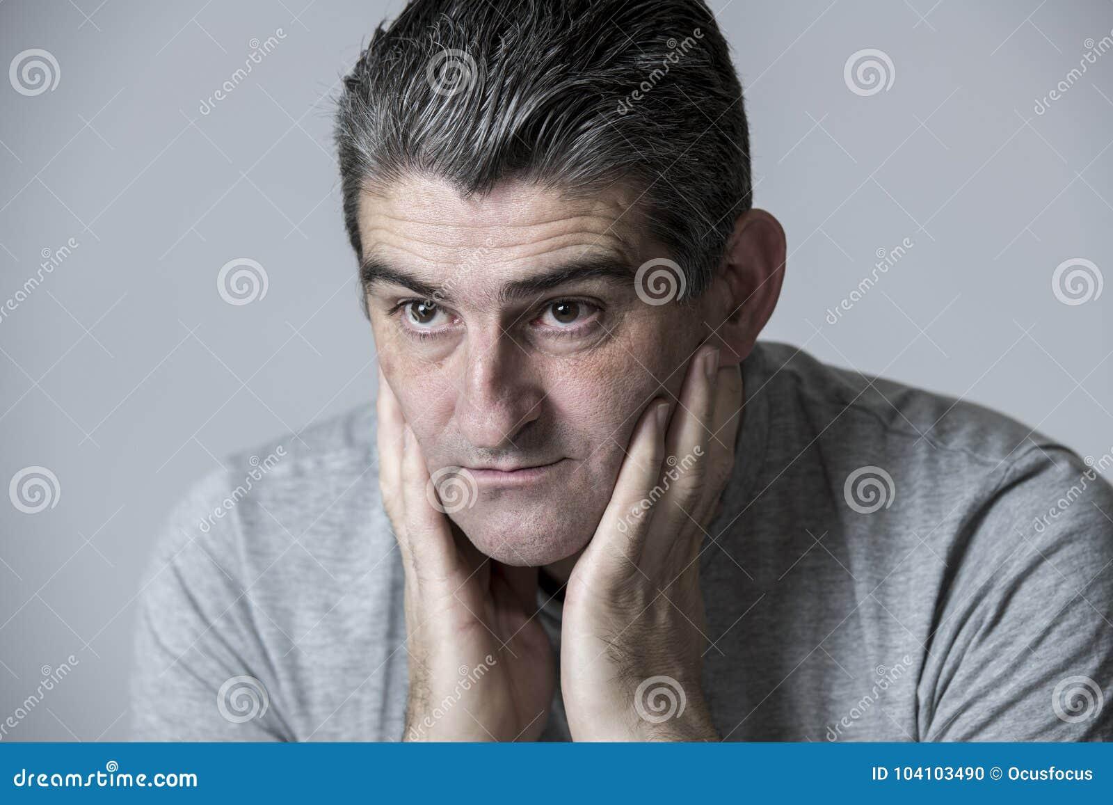 40s zu 50s traurig und zum besorgten Mann, der frustriert und im besorgten und nachdenklichen Gesichtsausdruck lokalisiert auf Gr