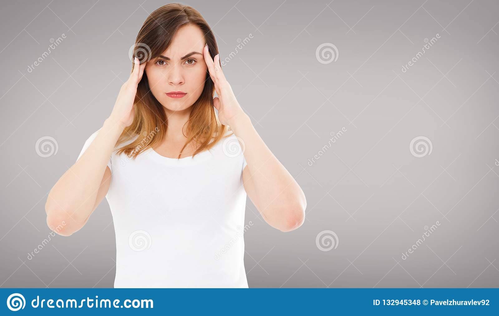 Saúde e dor Jovem mulher esgotada forçada que tem a dor de cabeça de tensão forte Retrato do close up do sofrimento doente bonito