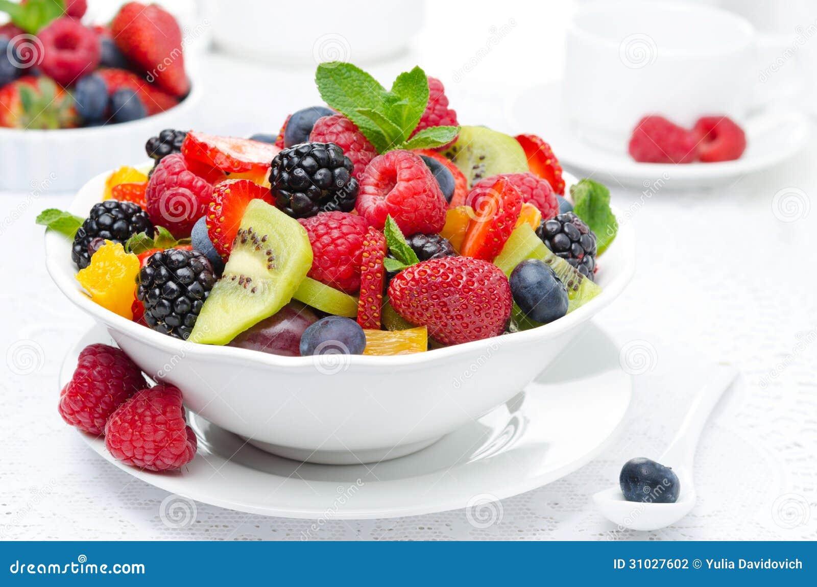 Sałatka świeża owoc i jagody w pucharze