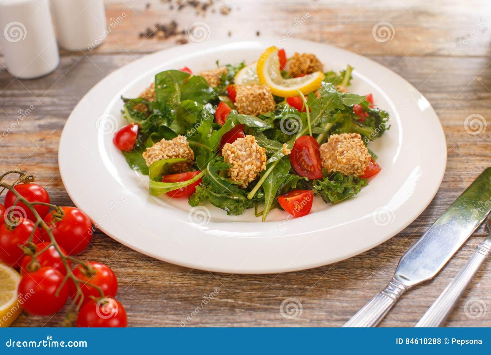 Sałatka arugula z czereśniowymi pomidorami i croutons