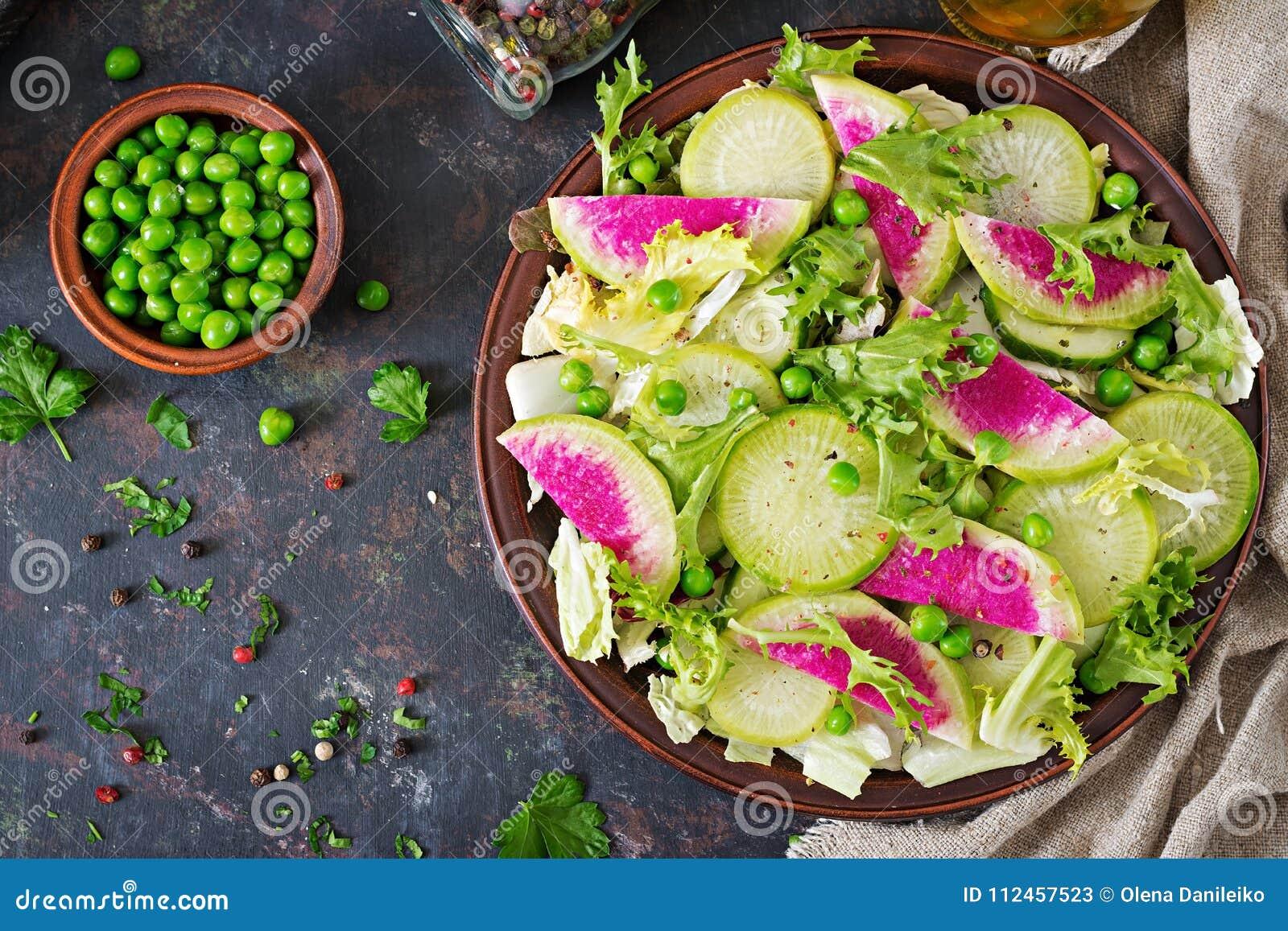 Sałatka od rzodkwi, ogórka i sałaty liści, Weganinu jedzenie żywienioniowy menu