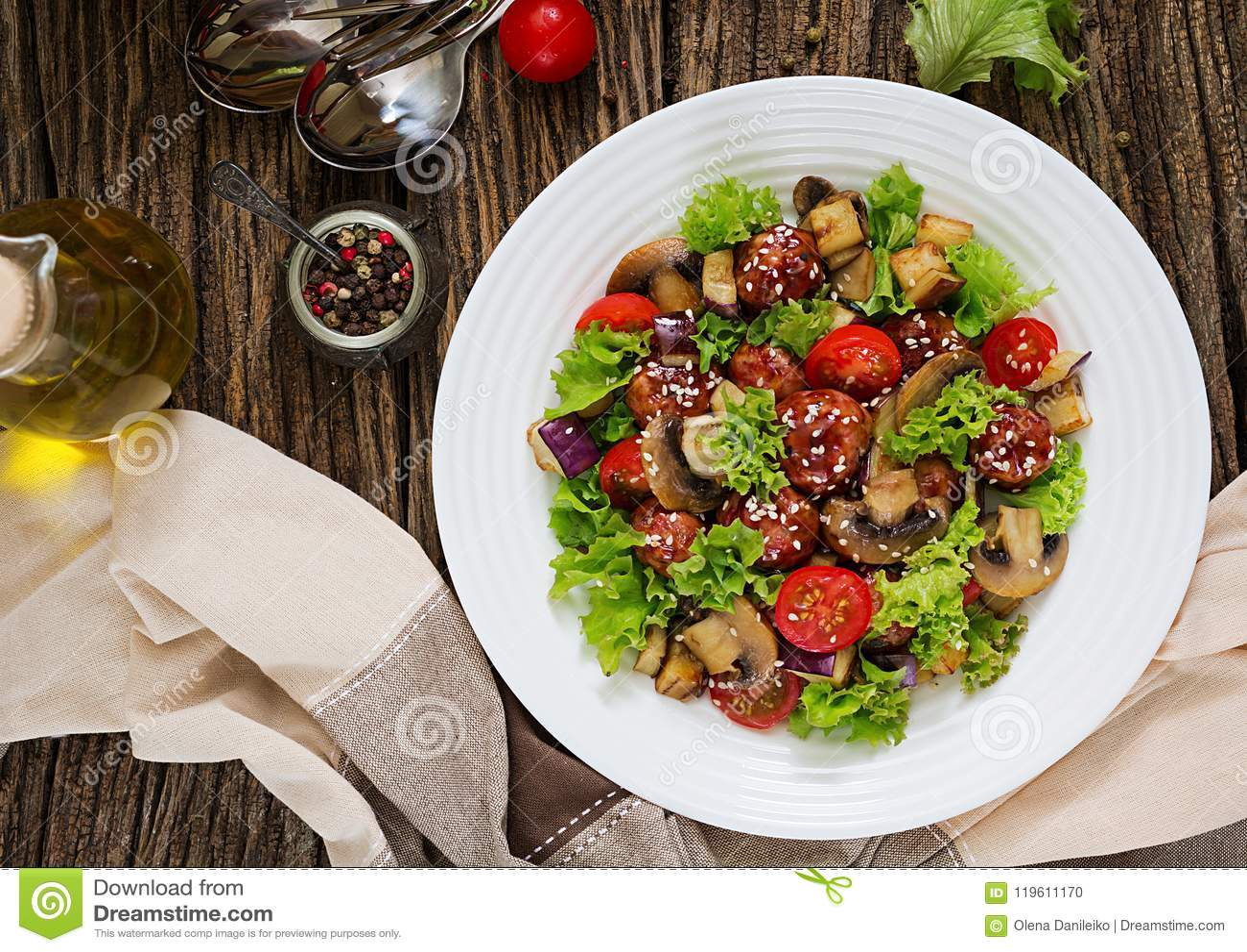 Sałatka z klopsikami, oberżyna, pieczarki i pomidory w azjata, projektujemy