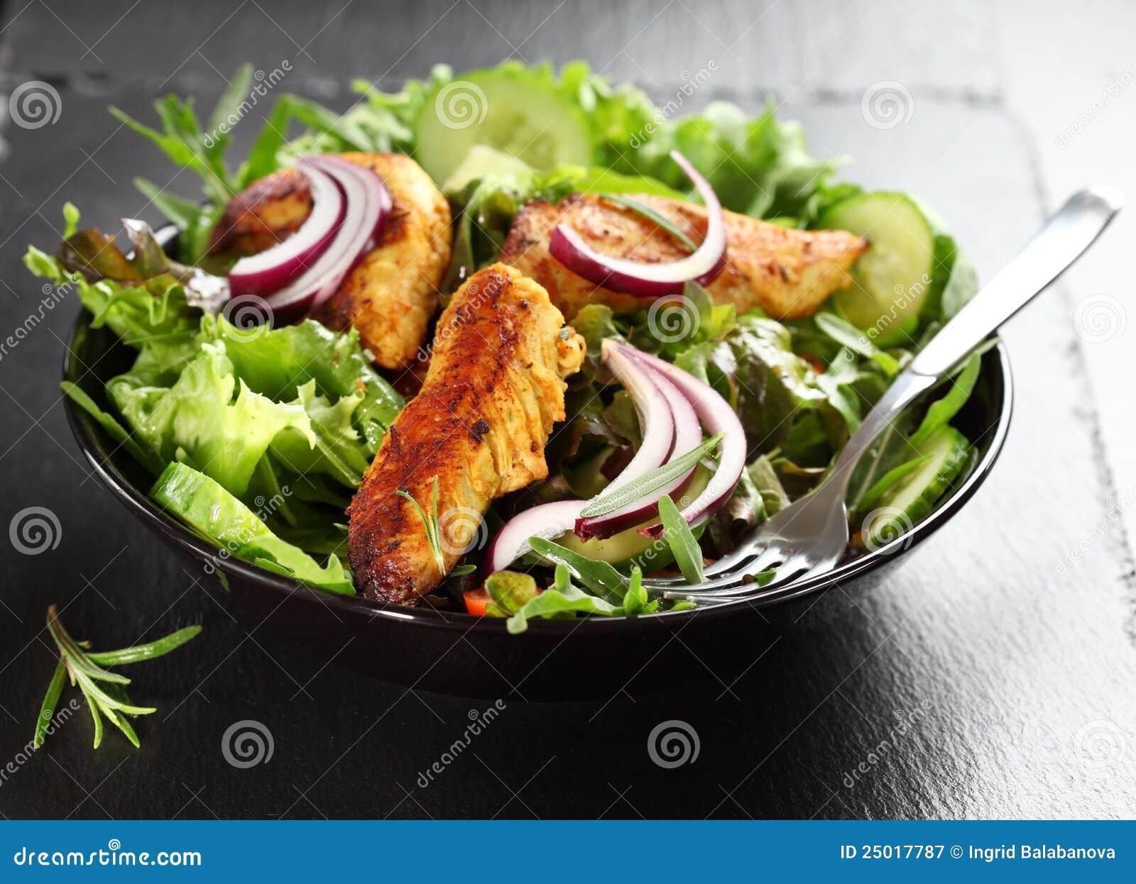 Sałatka z marynowanymi kurczaka piersi lampasami