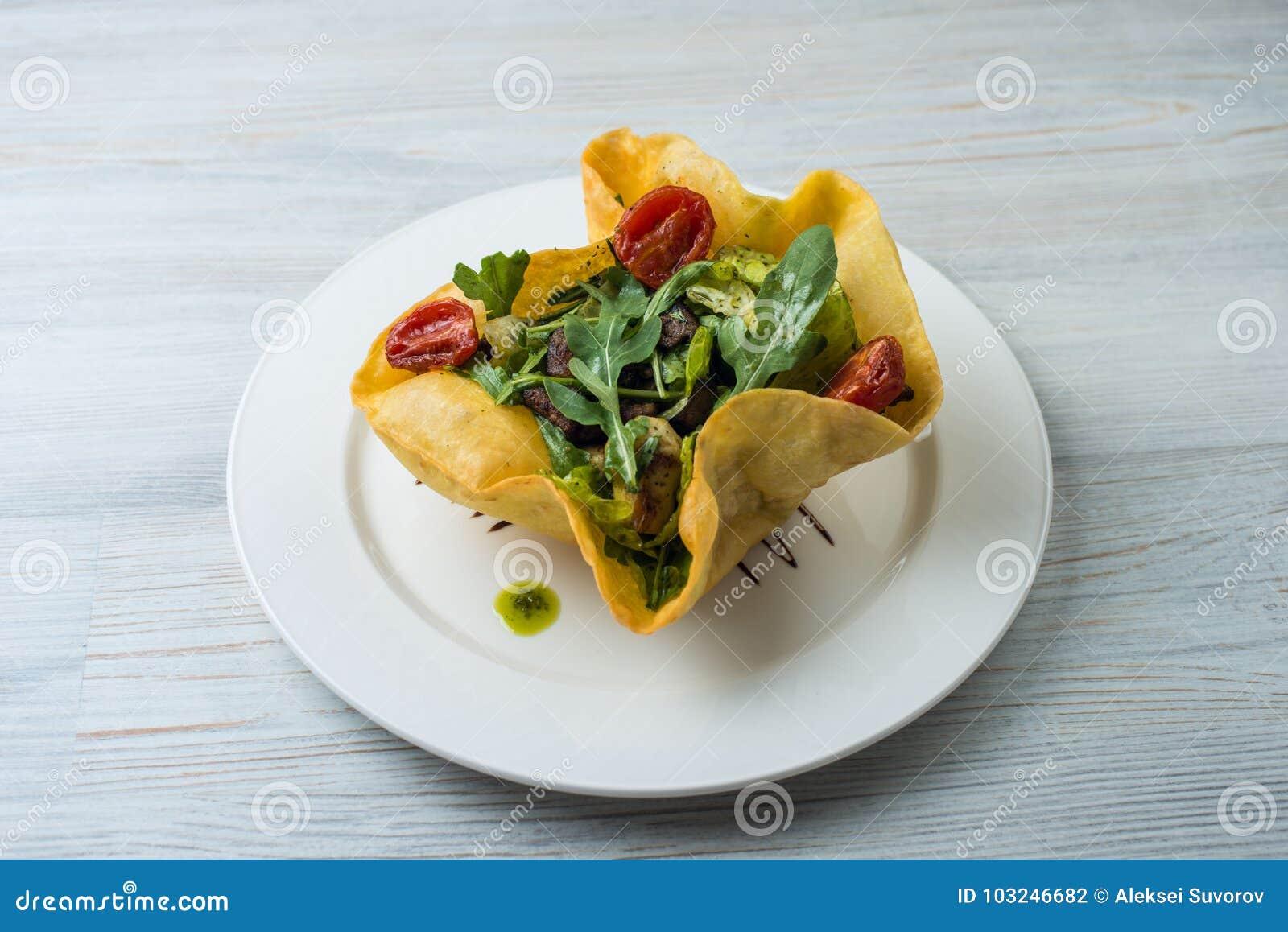 Sałatka z wołowina mango w torcie i wątróbką