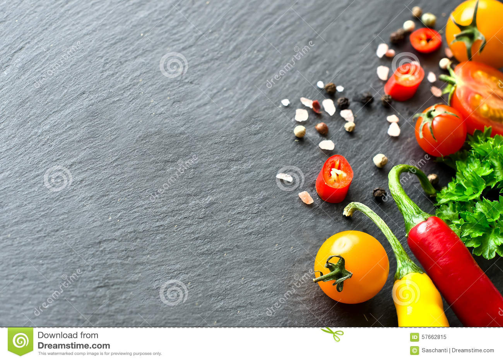 Sałatki i opatrunku składników czereśniowych pomidorów Świezi chilis co