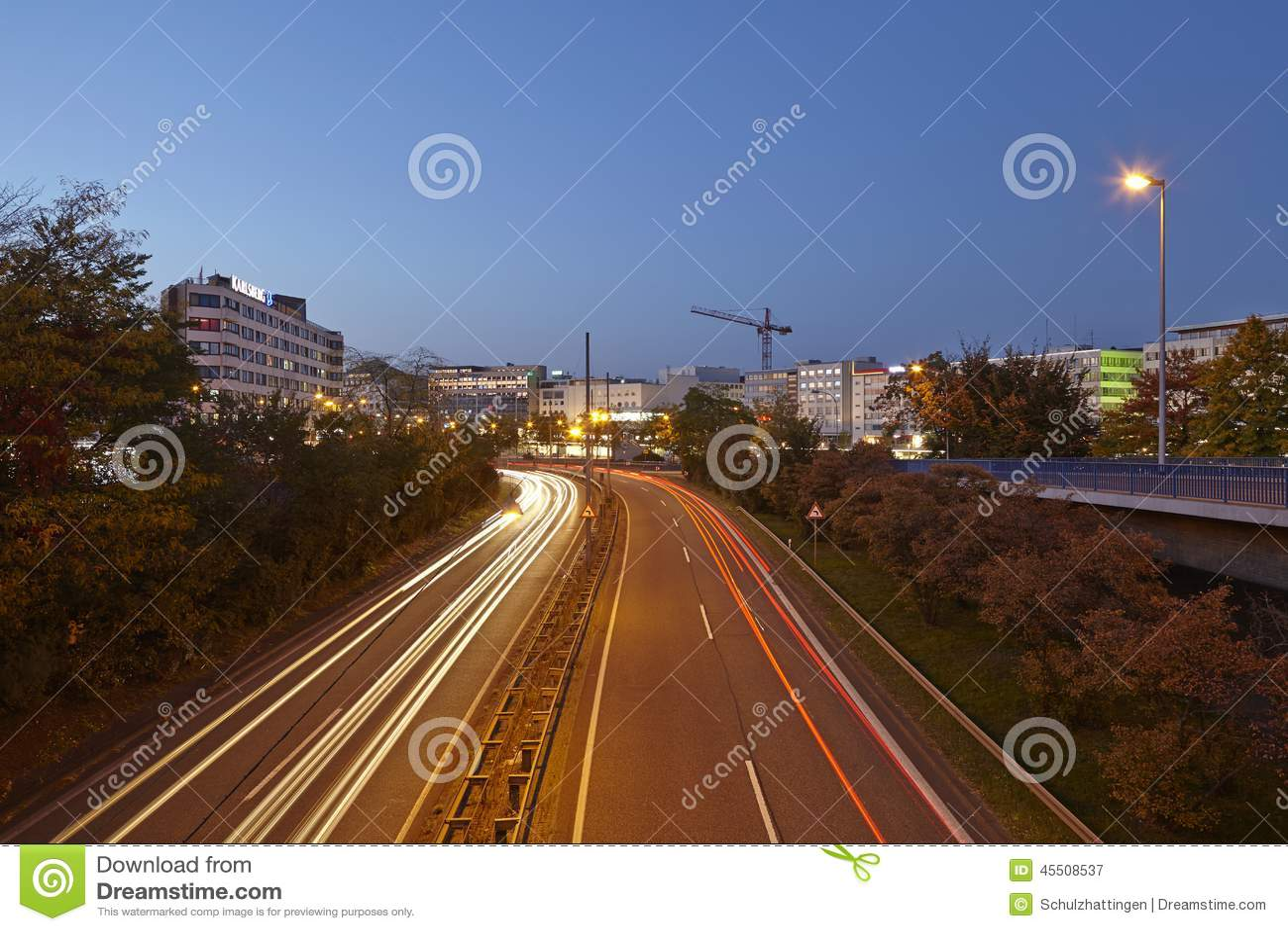 Saarbruecken - miasto autostrada w błękitnej godzinie