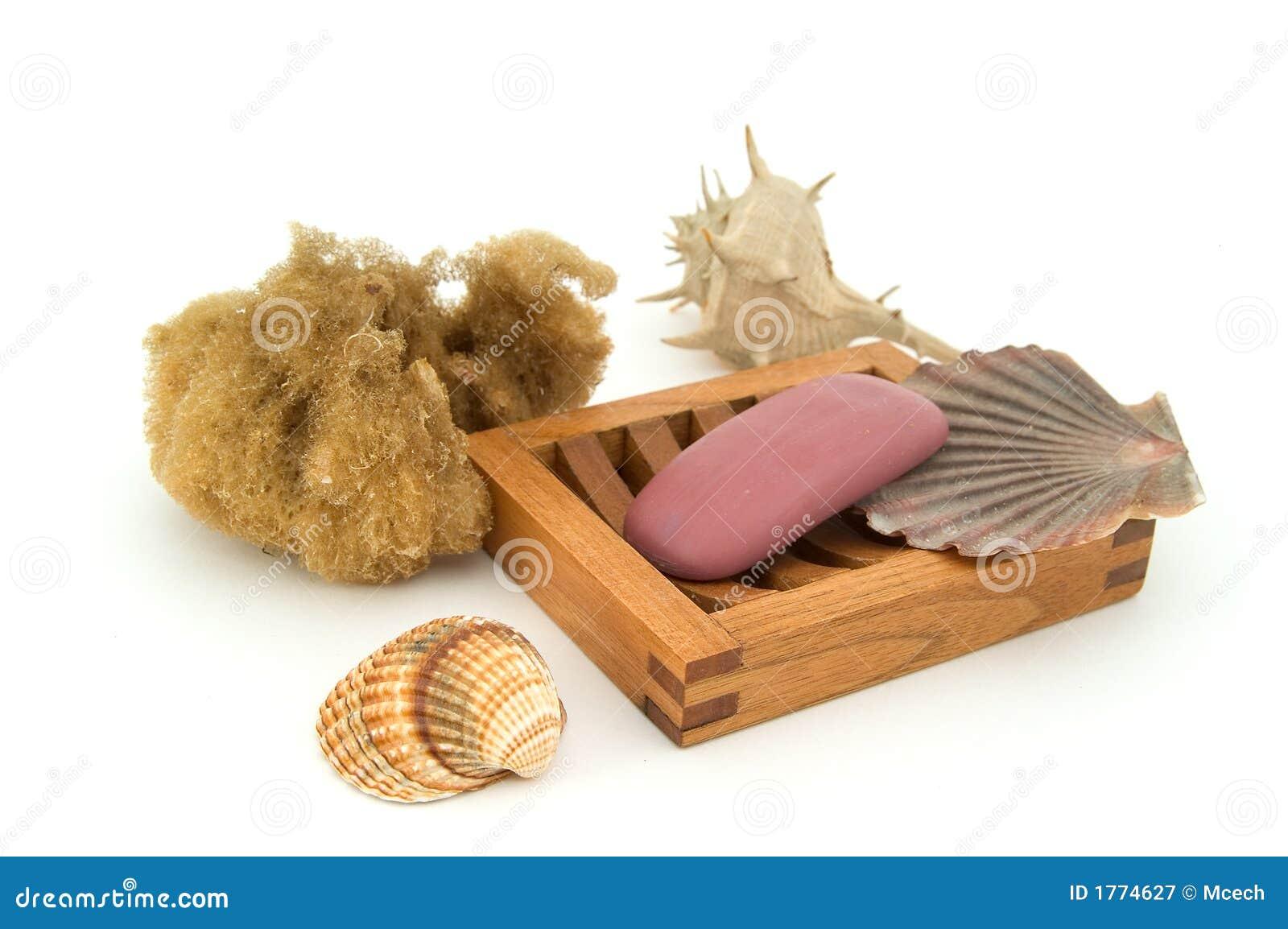 Sabão com esponja e escudos naturais.