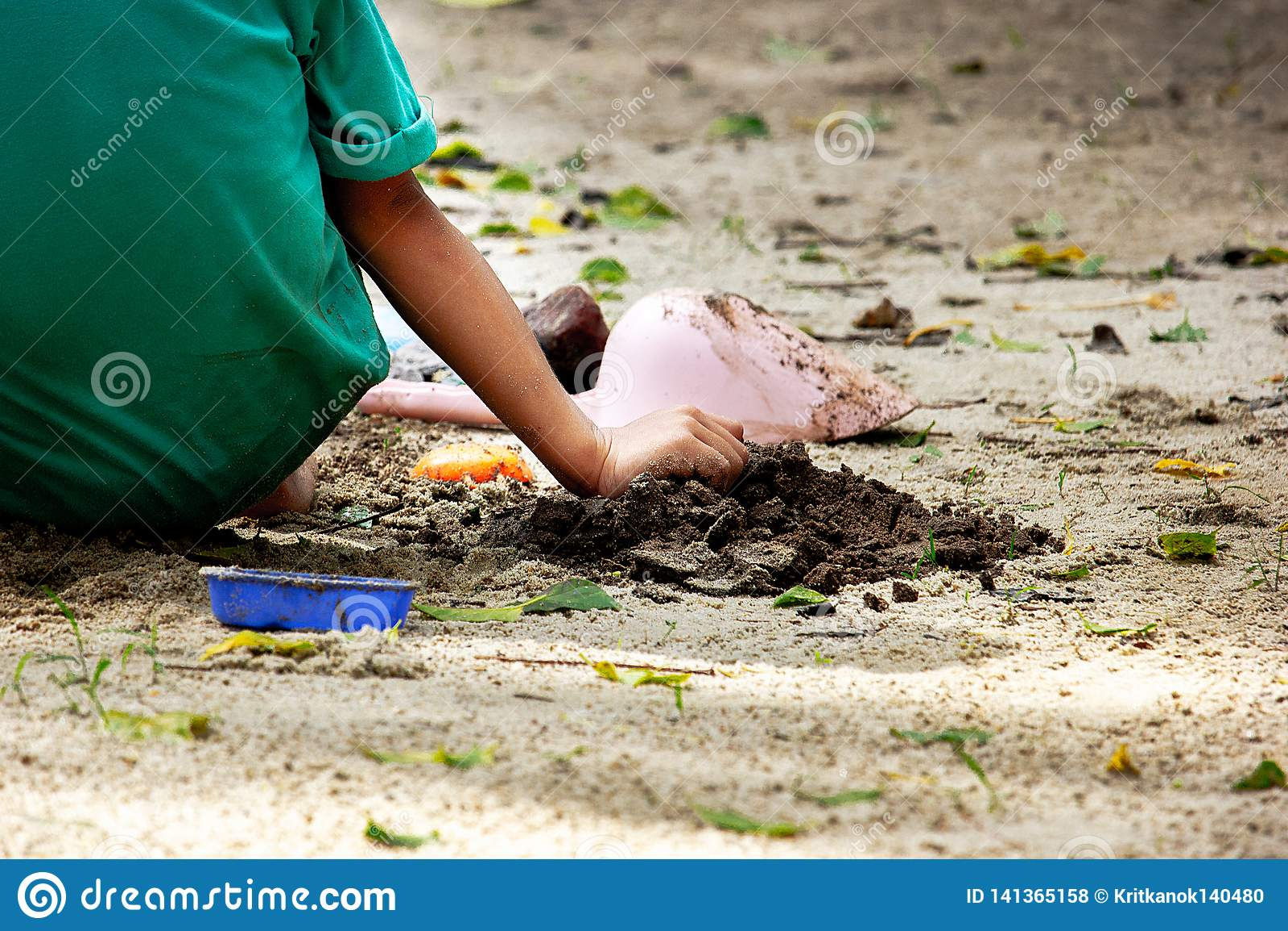Sabbia del gioco del bambino nel parco