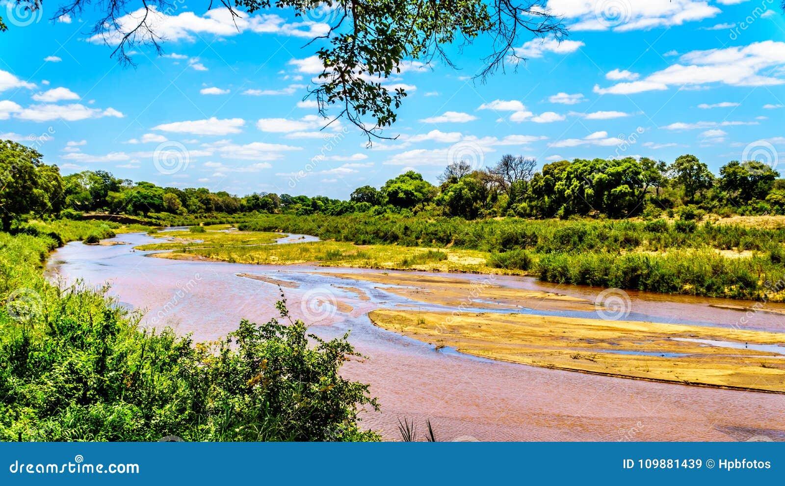 Sabie River casi seca en el final de la estación seca en el campo de resto de Skukuza en el parque nacional de Kruger